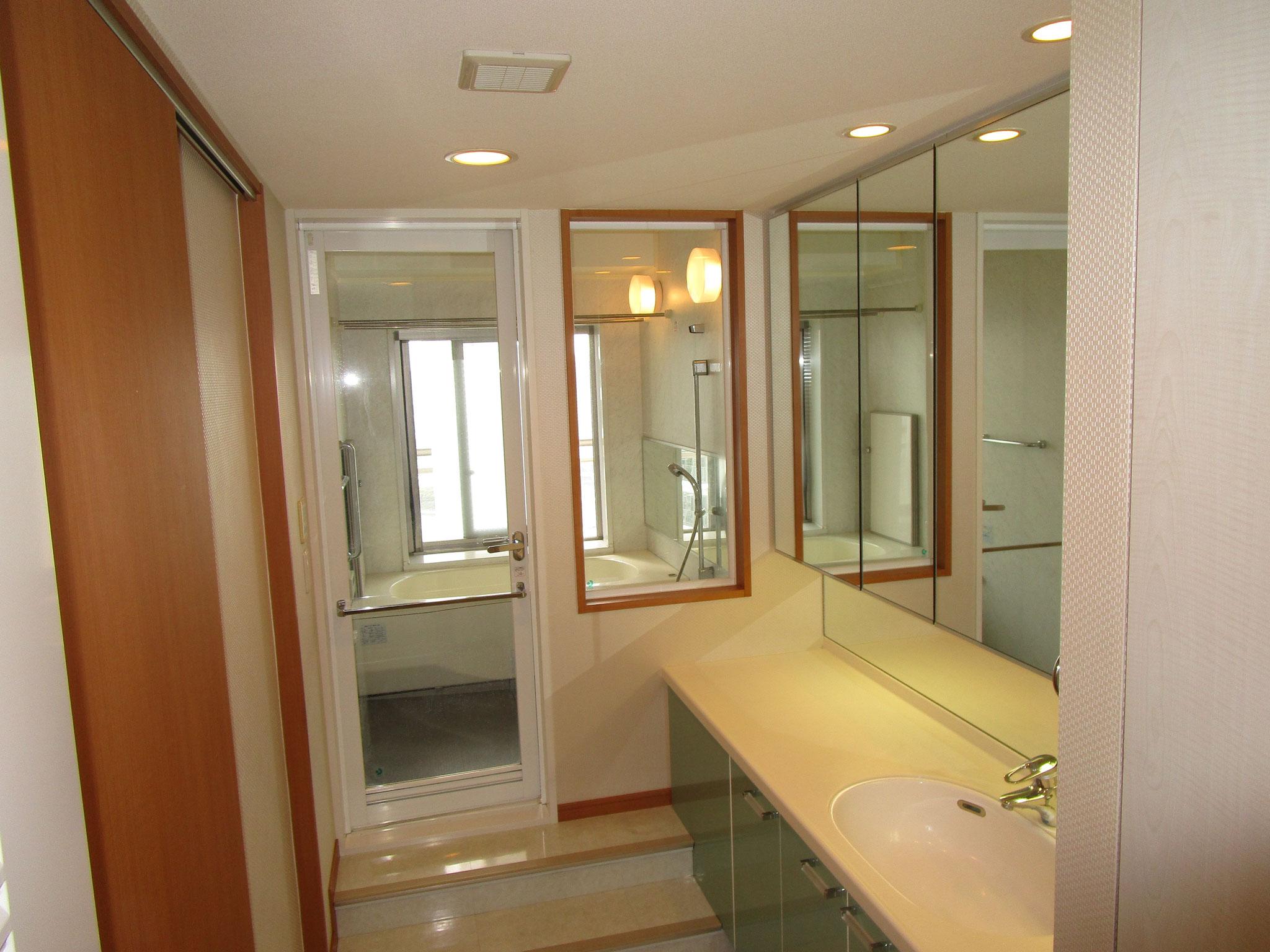 お隣の広い浴室が見えます