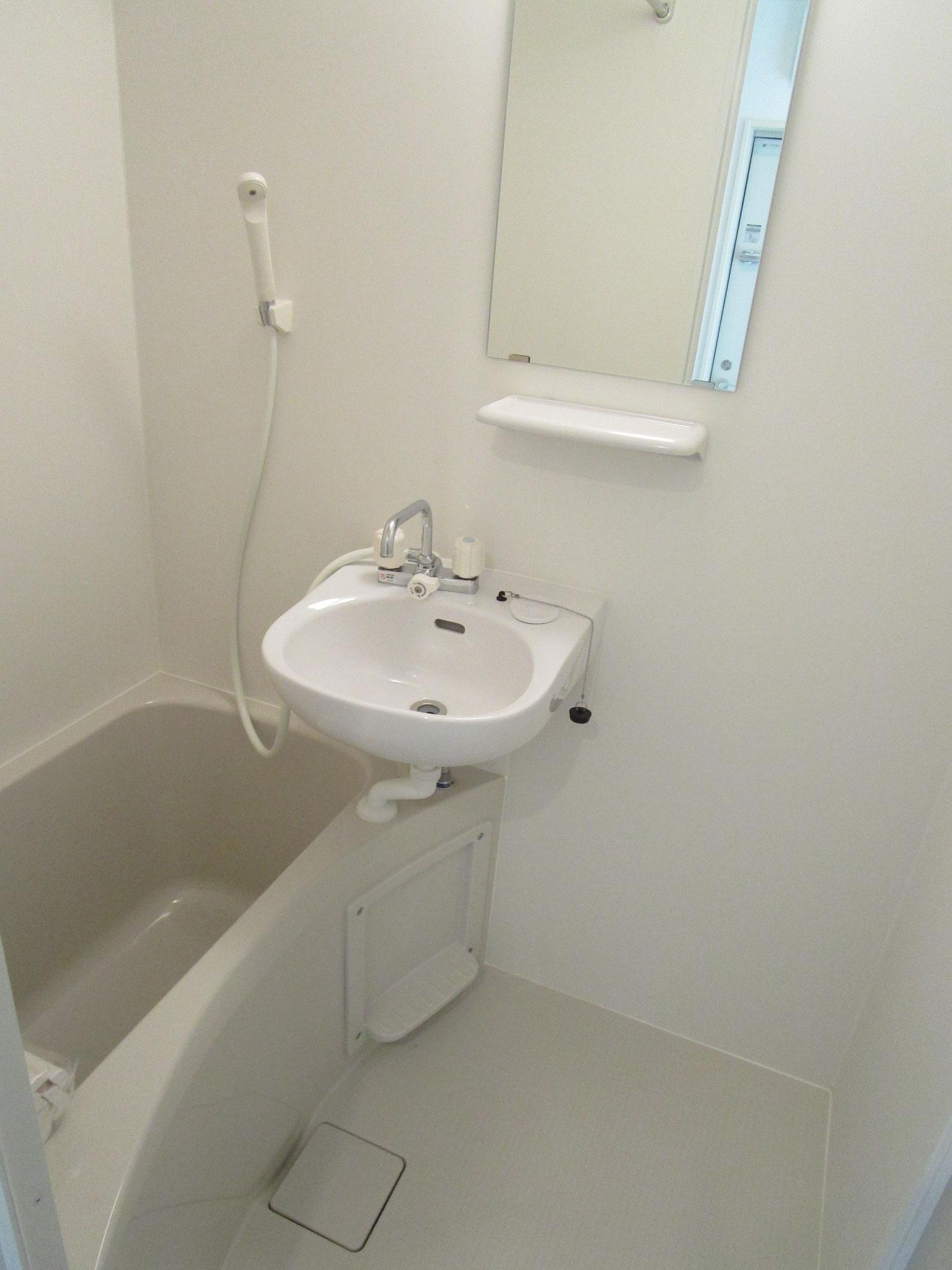 浴室には洗面台付き