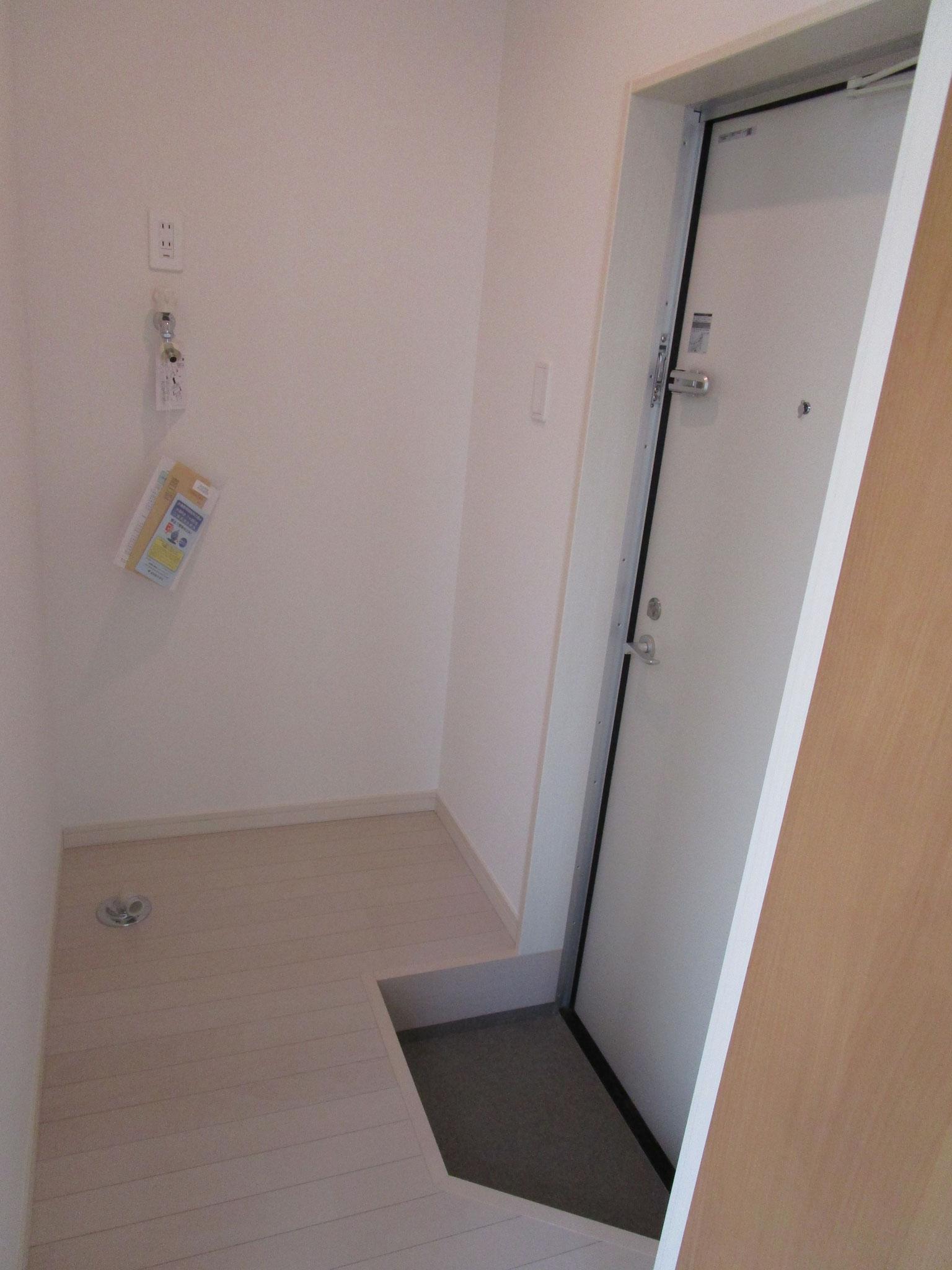 玄関を入って右側は洗濯機置場