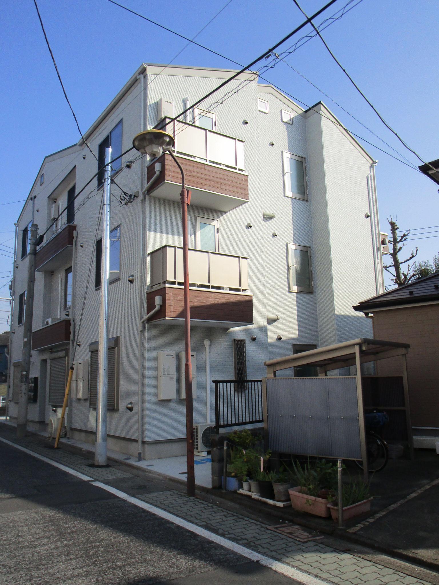 京浜急行線「京急蒲田」駅より「キネマ通り商店街」を直進です