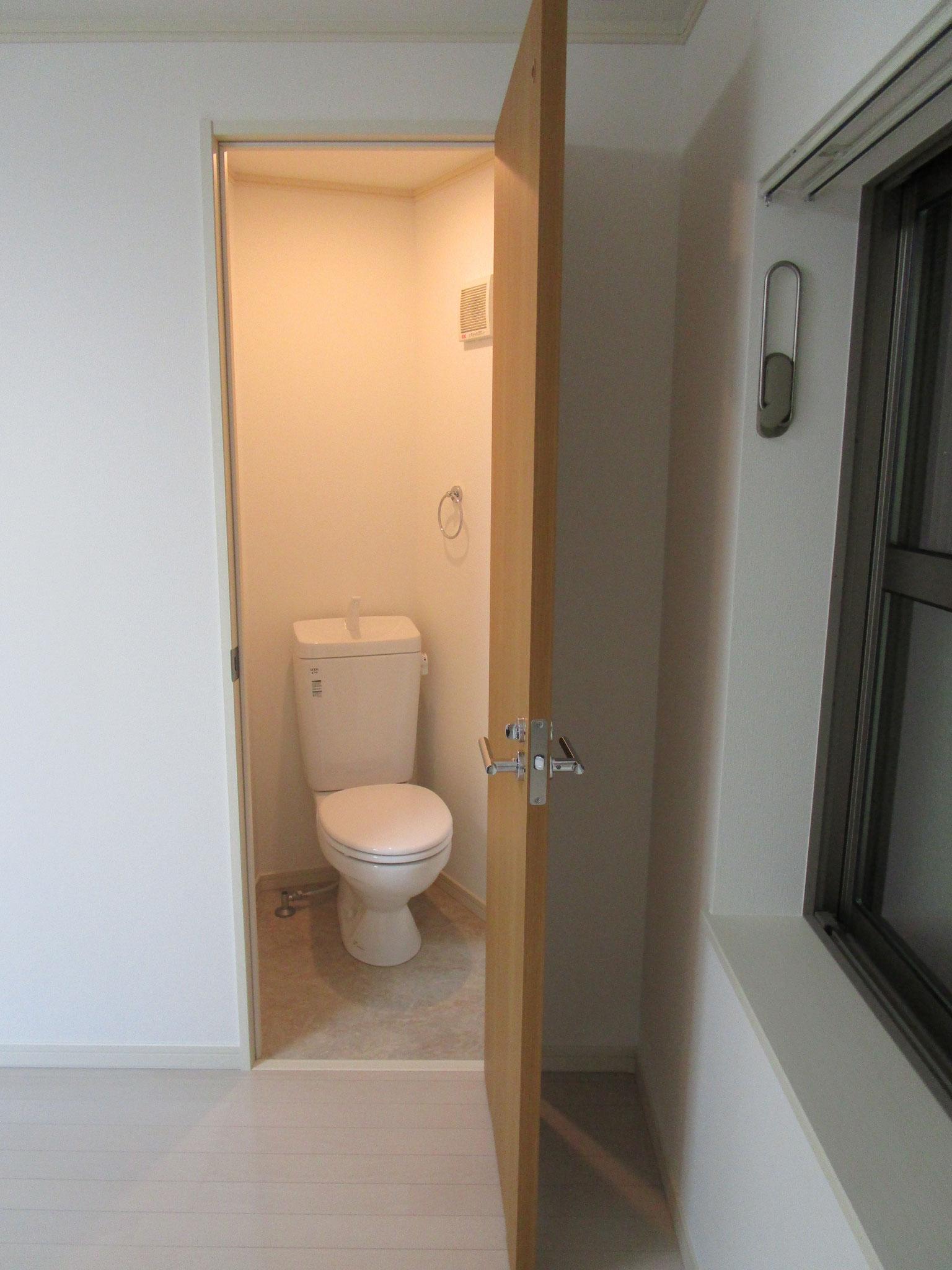 その隣の独立したトイレ