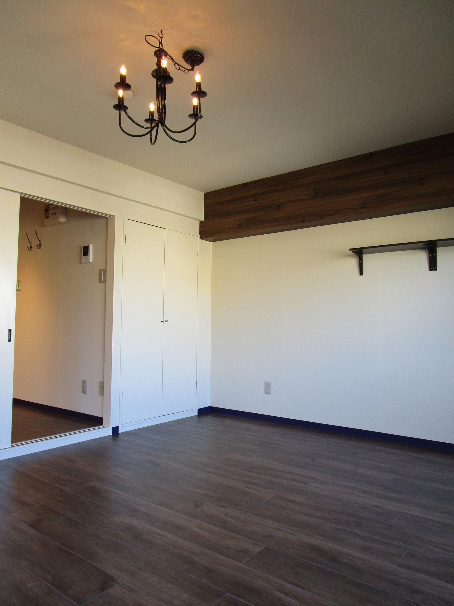 壁にはシンプルな棚があります
