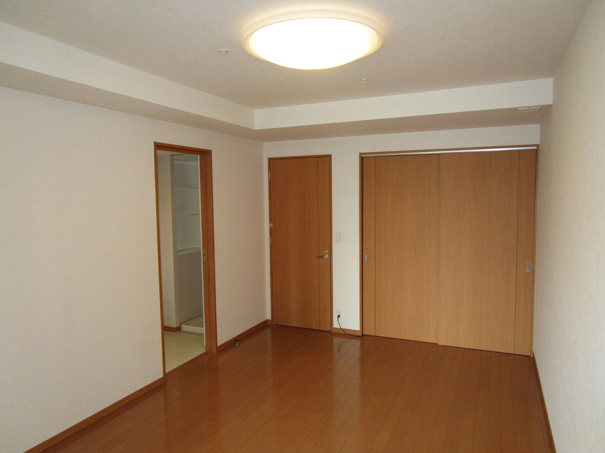 廊下の左側奥の洋室