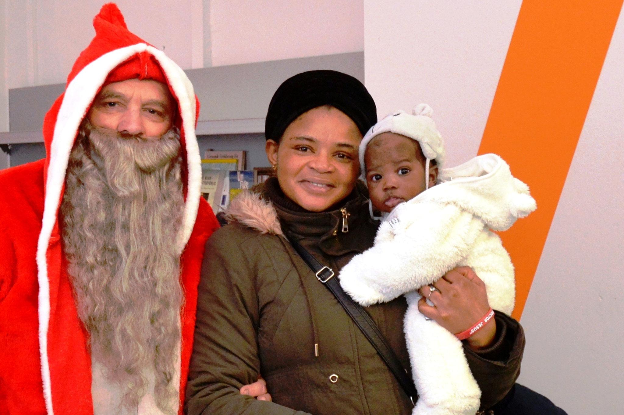 Der Nikolaus ist hier, schon klopft es an der Tür. Wir rufen laut: Herein! Da tritt er bei uns ein.  (Detlev Jöker)