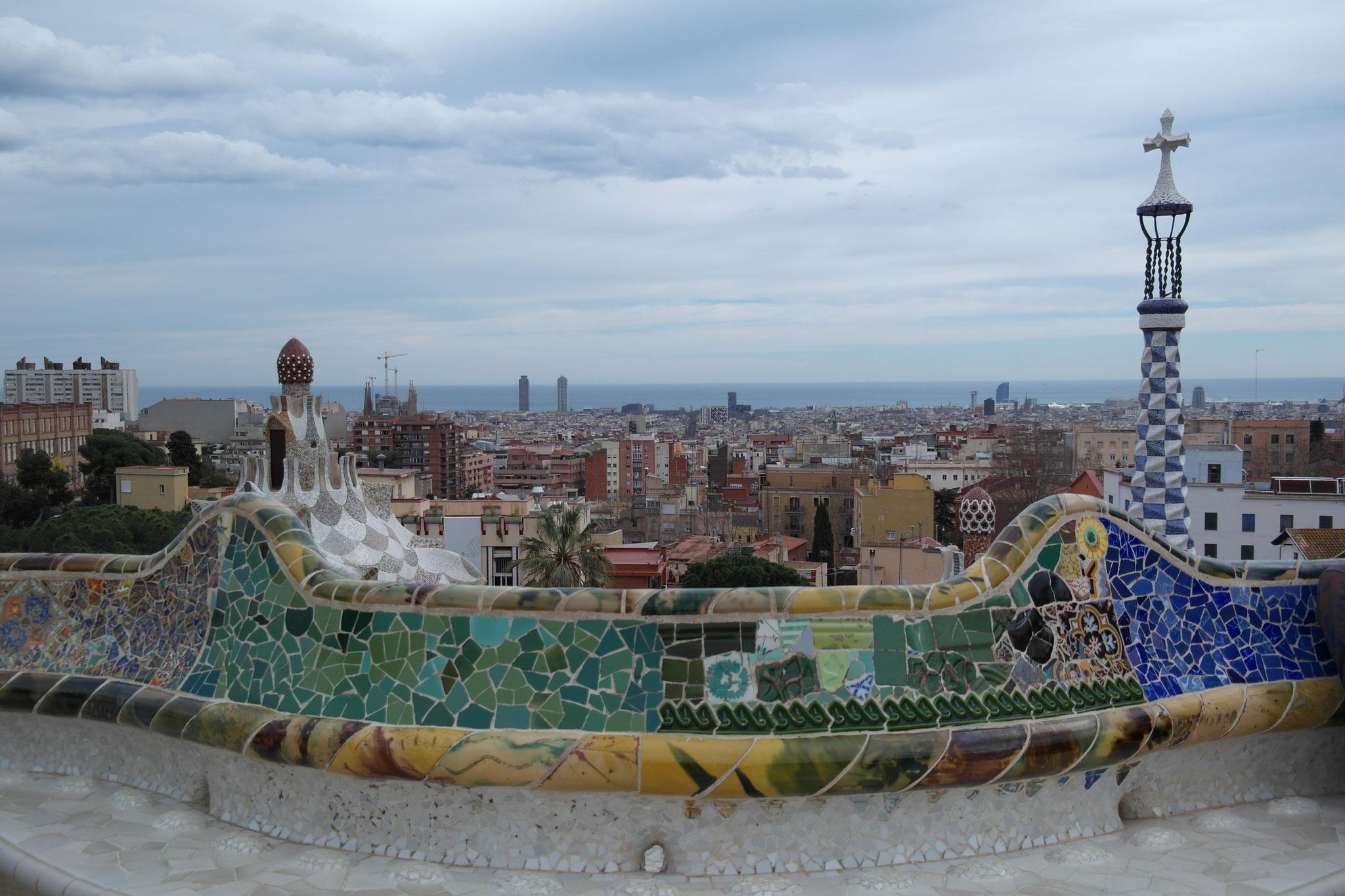 Die Mauer zählt mit den beiden Gebäuden dahinter zu den Top Sehenswürdigkeiten und Postkartenmotiven von Barcelona.
