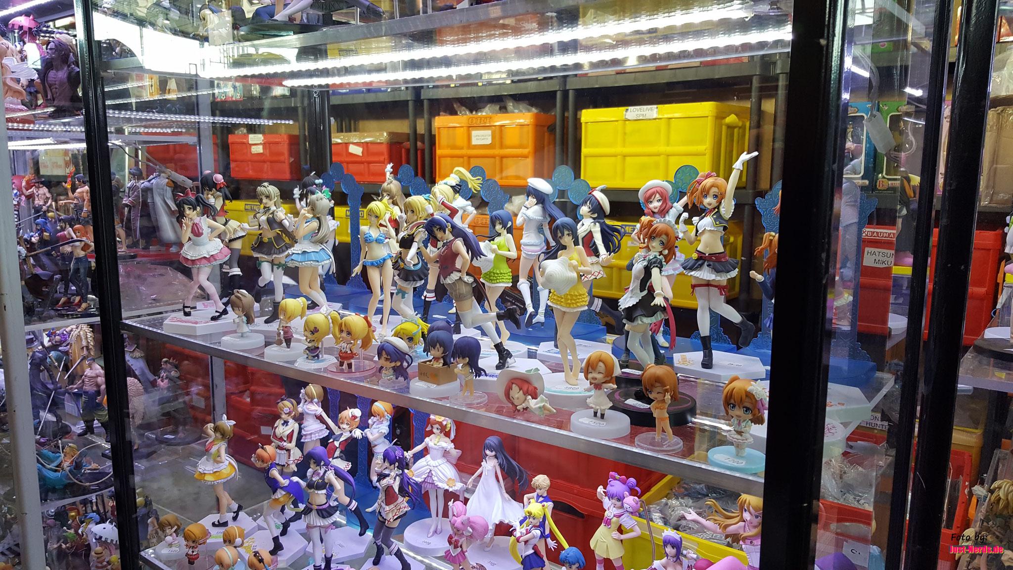 Jede Menge Sammelkram und Manga-Püppchen...