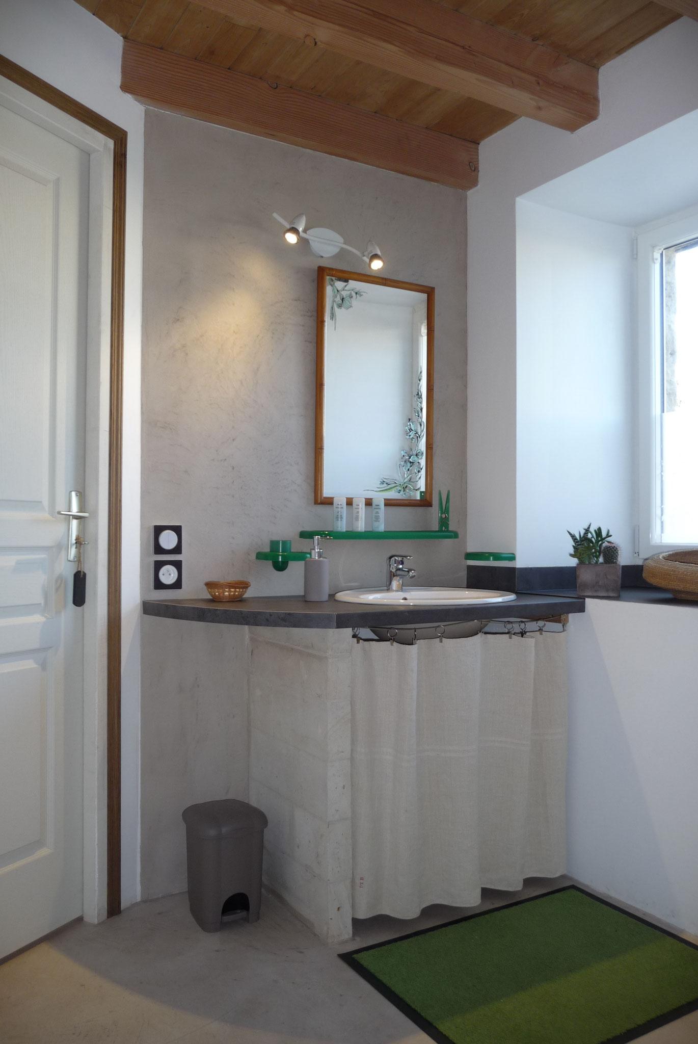 Gîte La Ponne, salle de bain au rez de chaussée