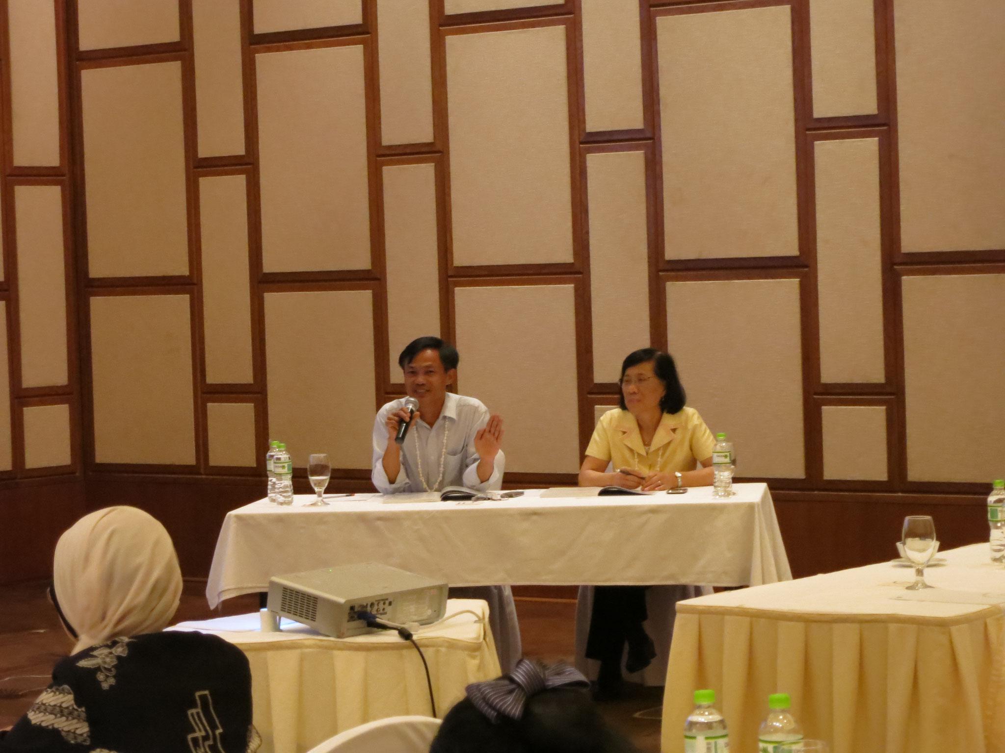 """Moderator phiên trình tại """"The 7th TEPHINET Bi-Regional Scientifĩc Nov, 2013 cùng với Dr. Tippavan Nagachinta from US CDC"""