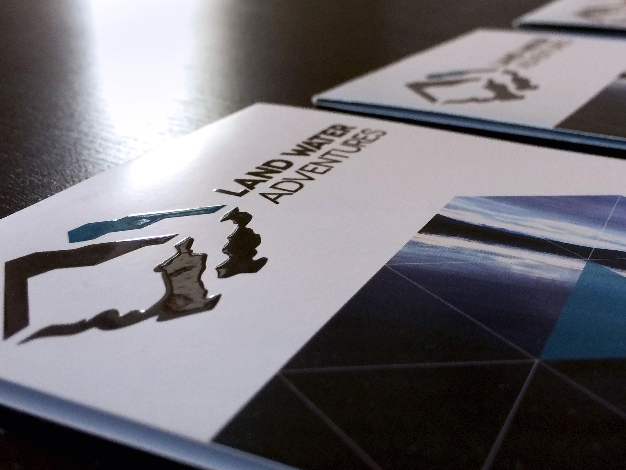 Gestaltung Faltkarte DINlang im neuen Corporate Design mit Reliefdruck-Veredelung