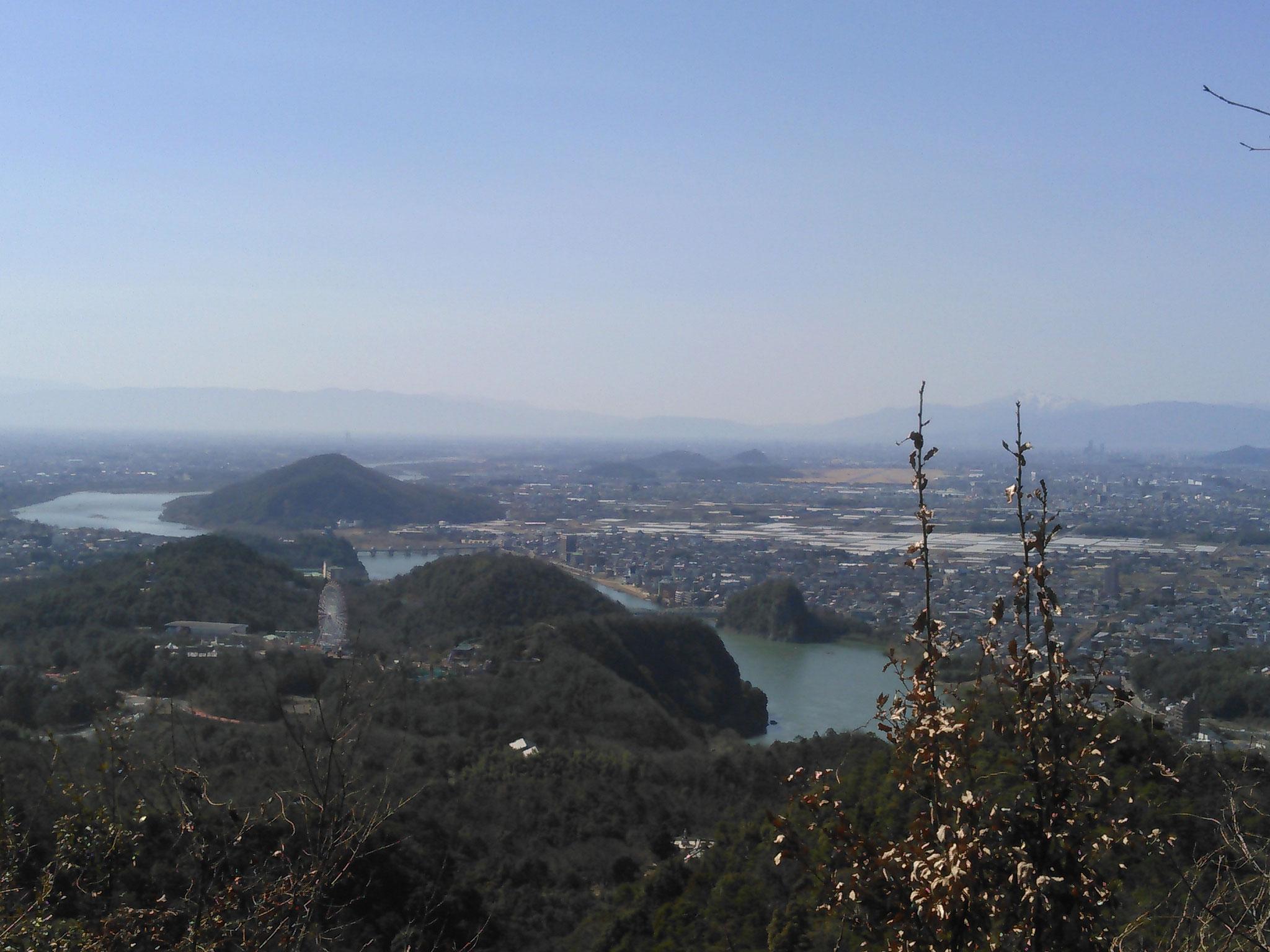 山頂からは木曽川の風景を眺めます
