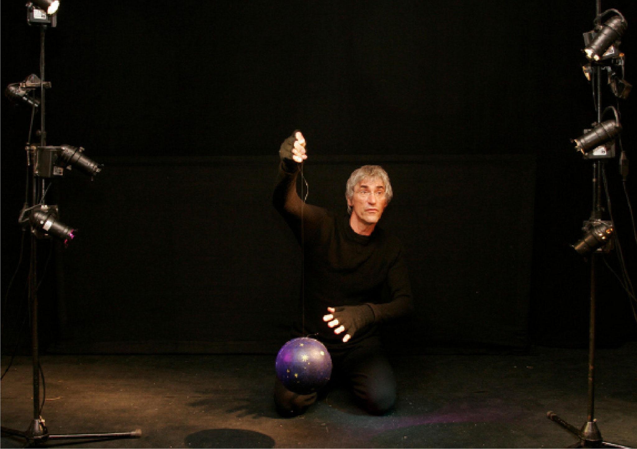 Man lernt mit Licht und Schatten zu arbeiten, denn im Marionettenspiel kommt dem Licht eine große Bedeutung zu.
