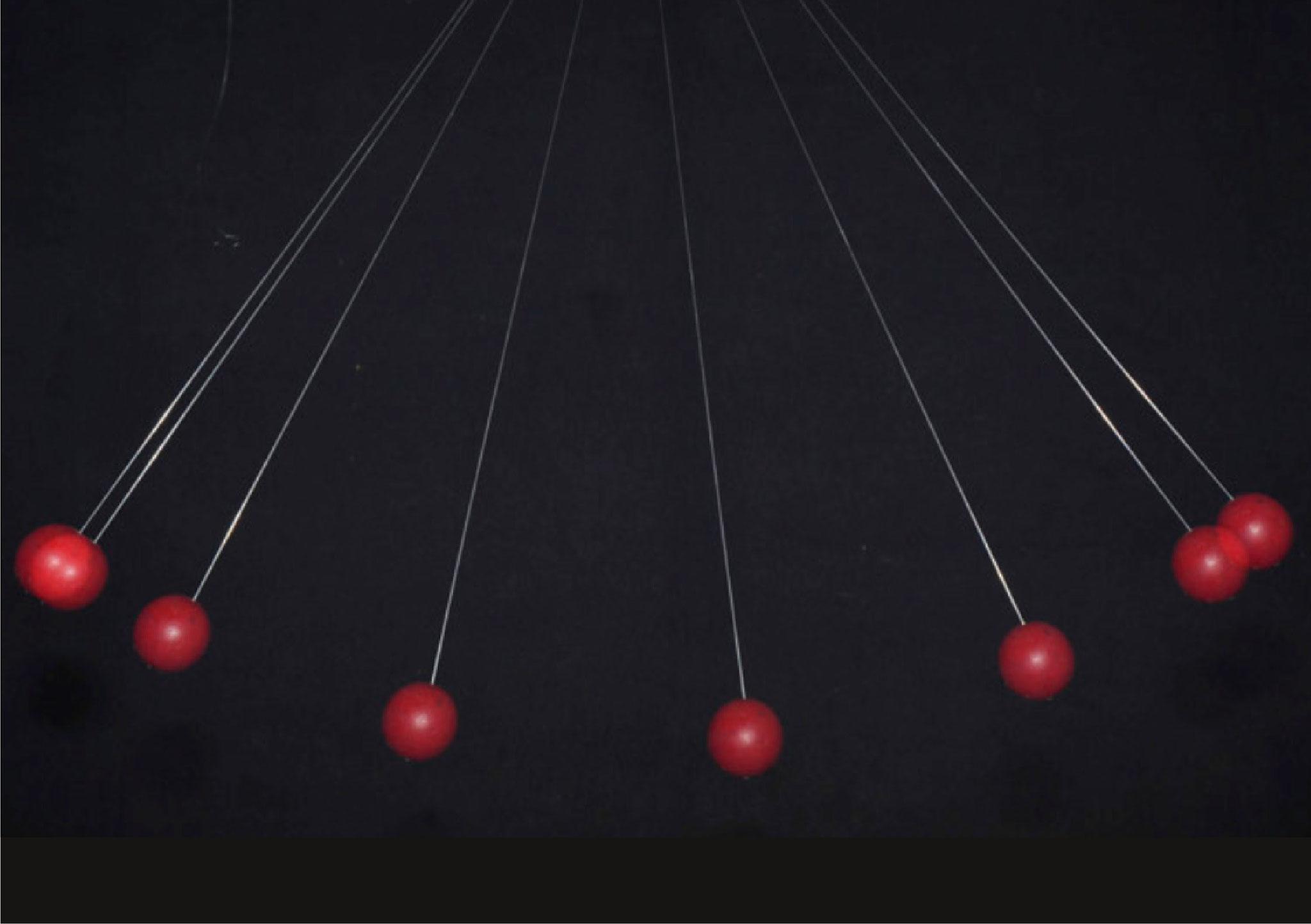 Physikalisch betrachtet ist die Marionette ein Pendel. Anhand einer Kugel am Faden kann man sich verdeutlichen, welche Kräfte wirken und welche Möglichkeiten sich ergeben.