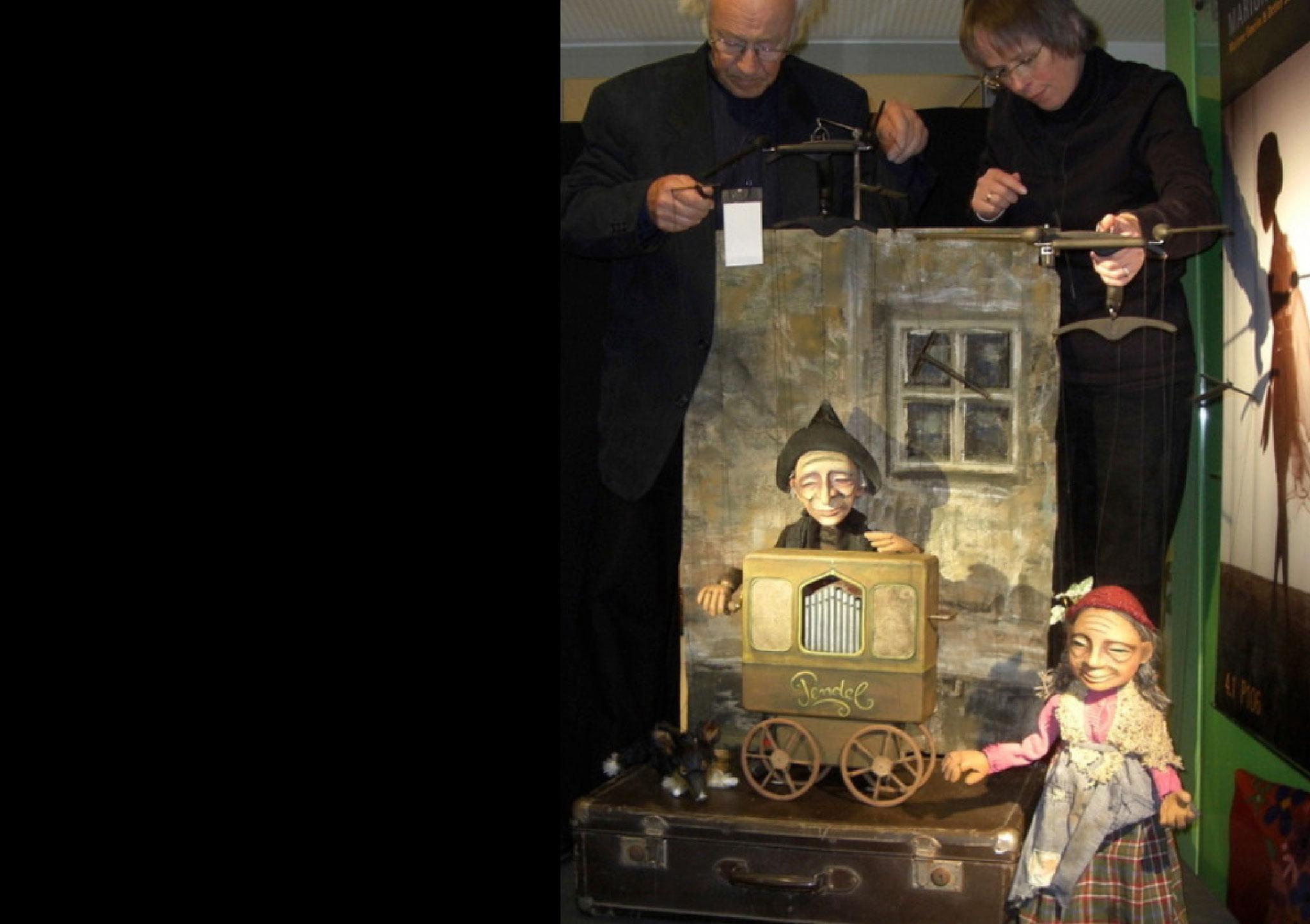 Es wird  kein Eintritt verlangt, aber nach jeder Vorstellung bitten bettelnde, notleidende Marionetten um eine milde Gabe:
