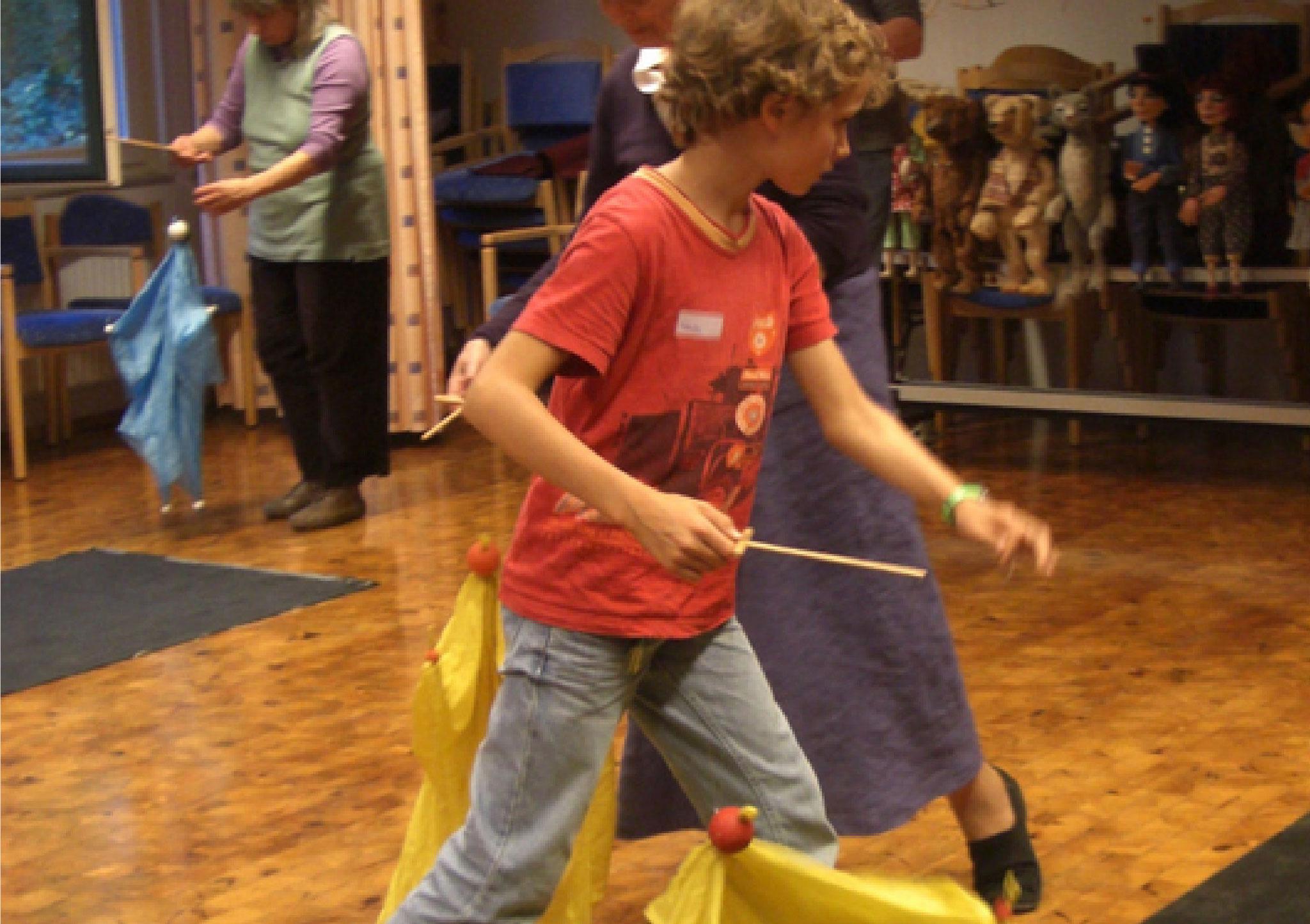 Mit Tücherfiguren zu Musik erobert man den Raum und lernt in großen freien Bewegungen mit der Marionette zu tanzen.