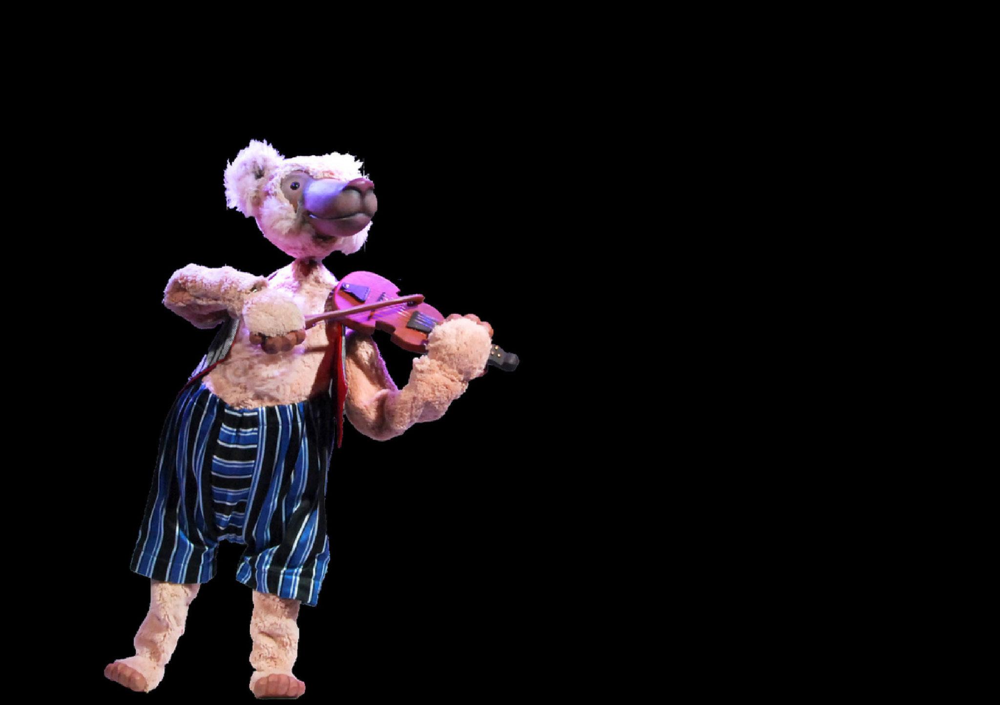 Zurück im Zirkus trifft er einen Bären, der verlassen die Geige spielt.