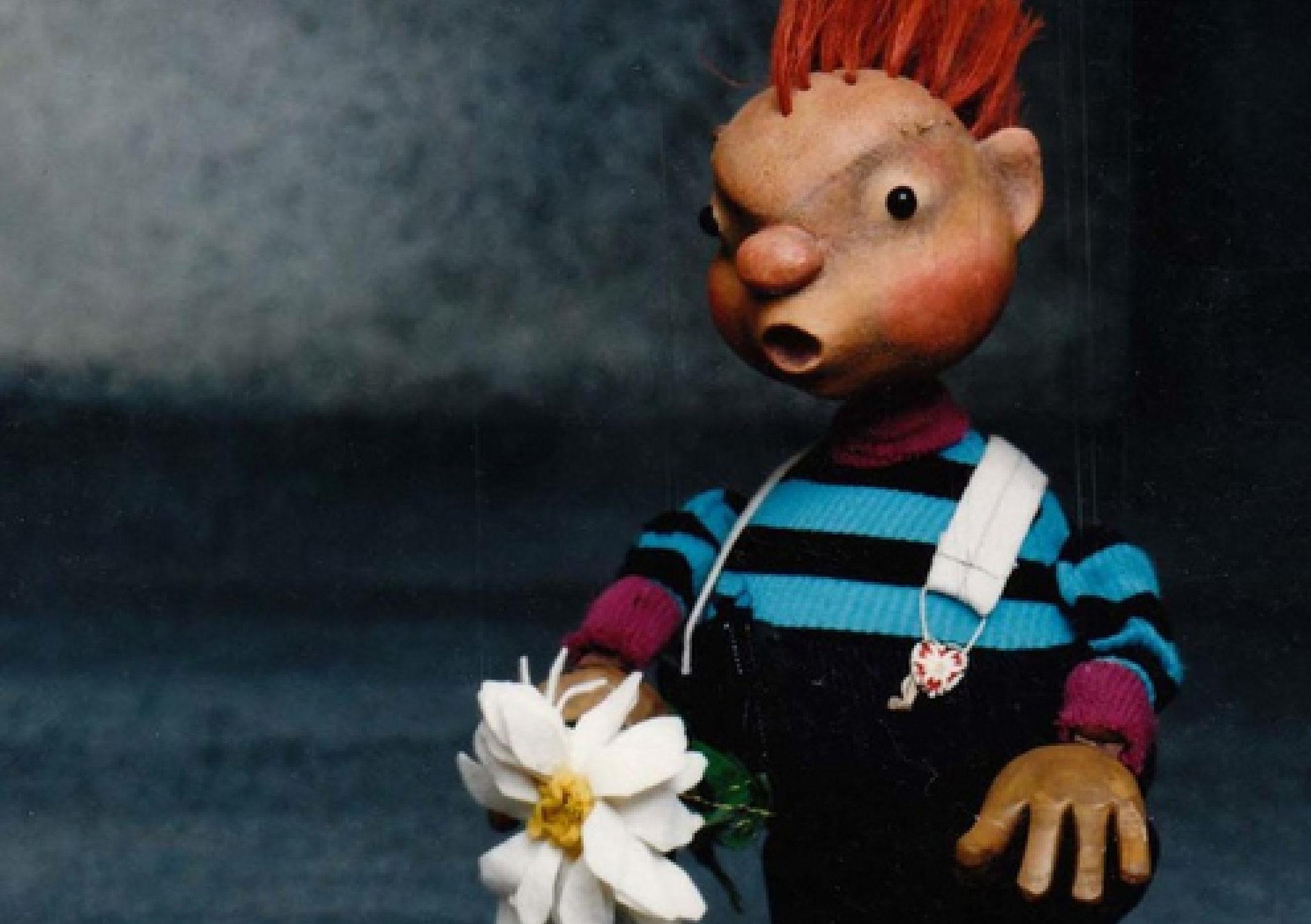 Punk Otto lässt seine miese Laune an einer Blume aus.