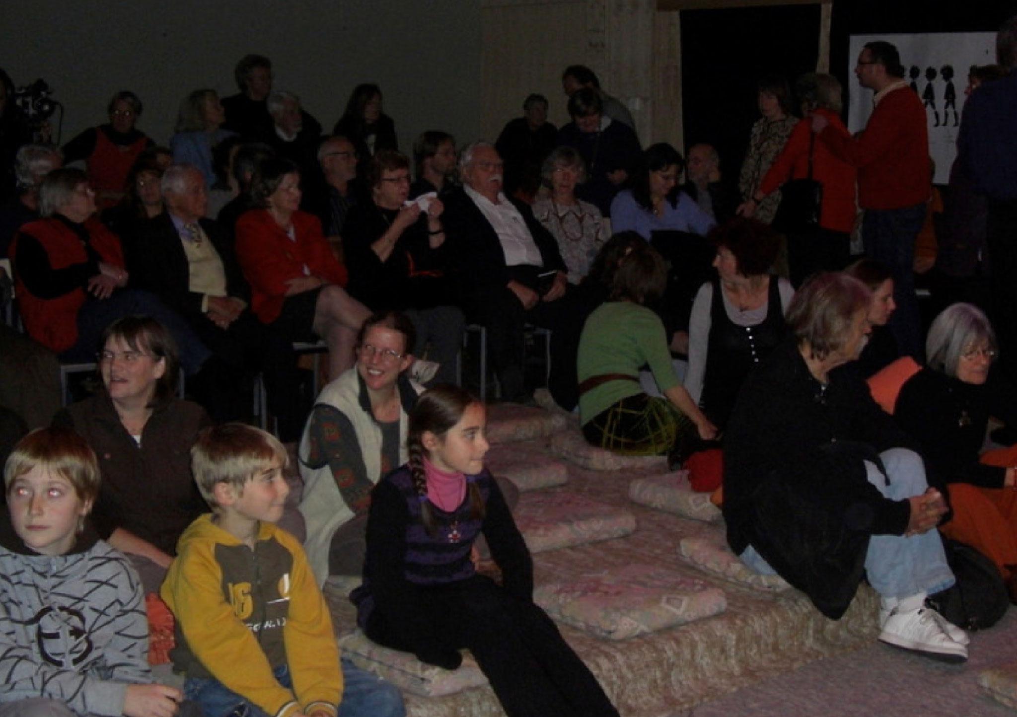 ...und der Zuschauersaal füllt sich.