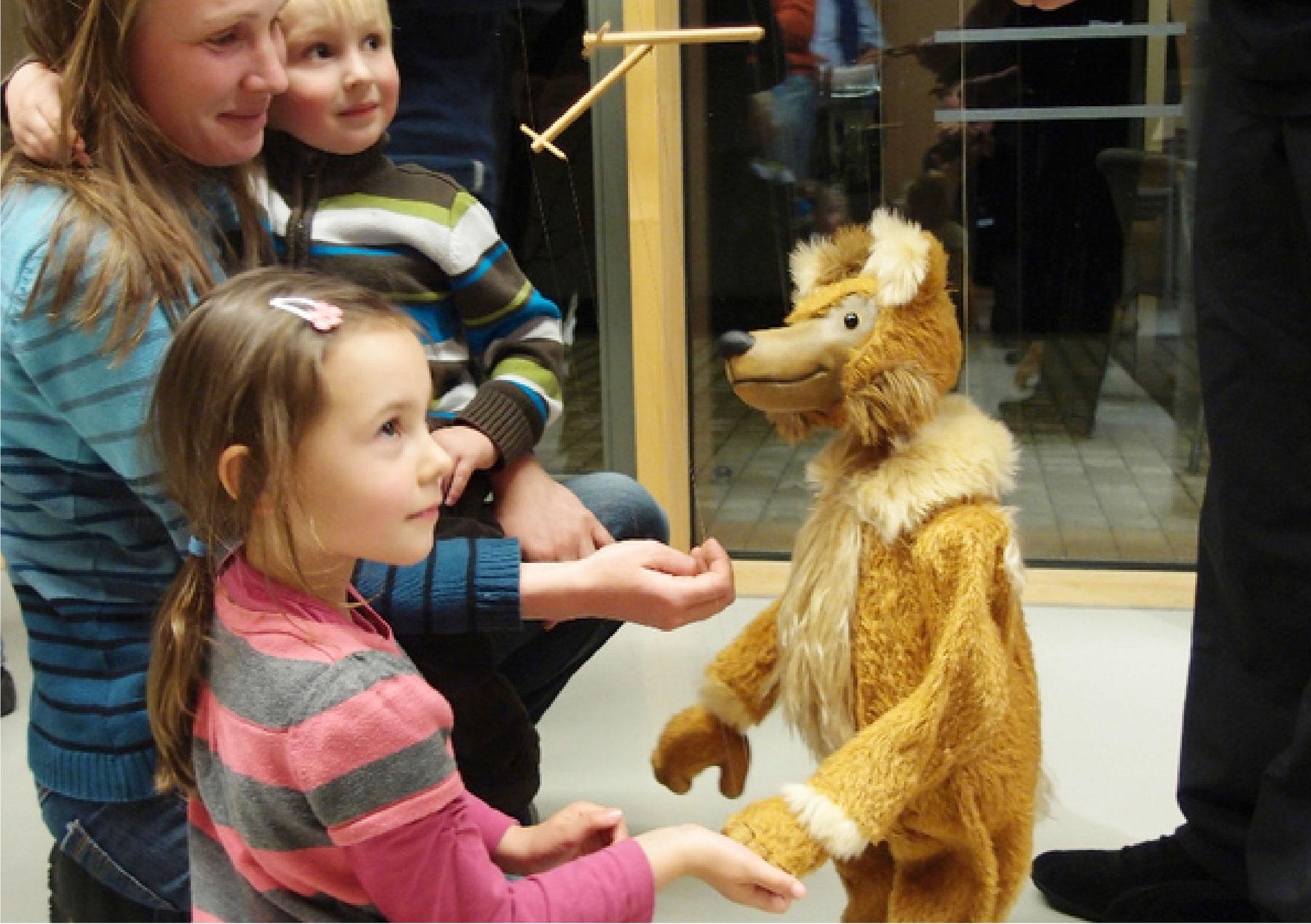 Schon am Eingang werden die Zuschauer freundlich von Marionetten begrüßt.