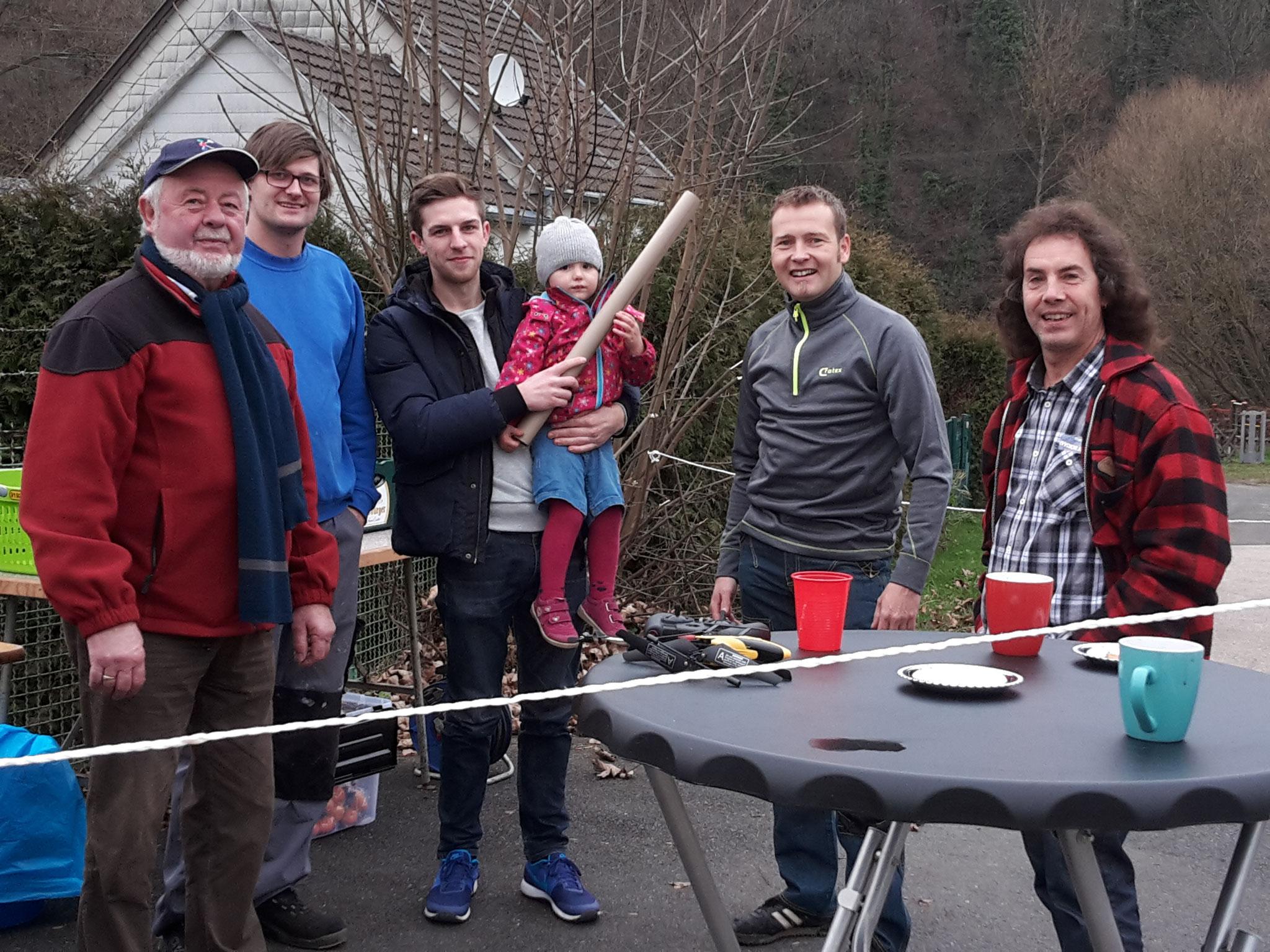 Links im Bild, Ortsvorsteher Heinz Klein (CDU) mit Helfern