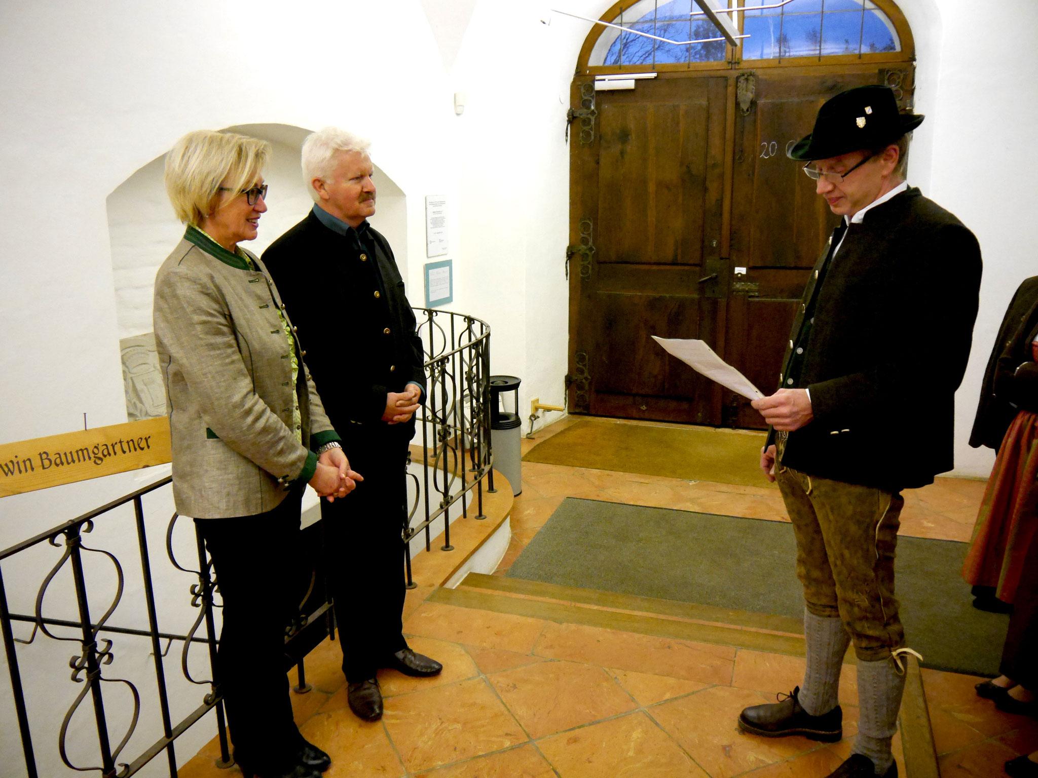 Martin Huber trat mit unserer Bitte vor Bürgermeister Erwin Baumgartner und dessen Gattin