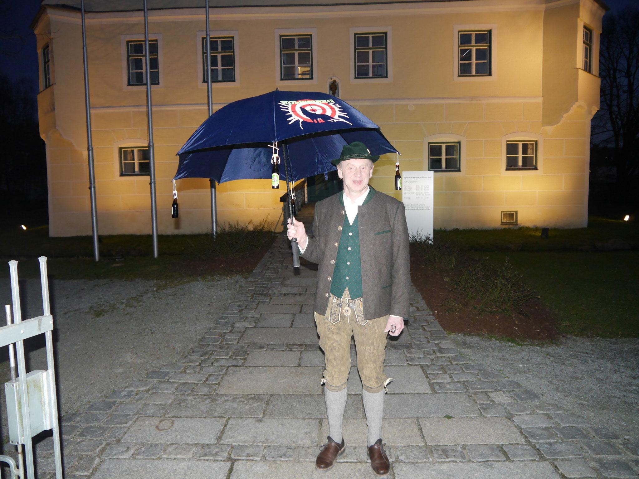 1. Vorstand Martin Huber mit unserem Schirm