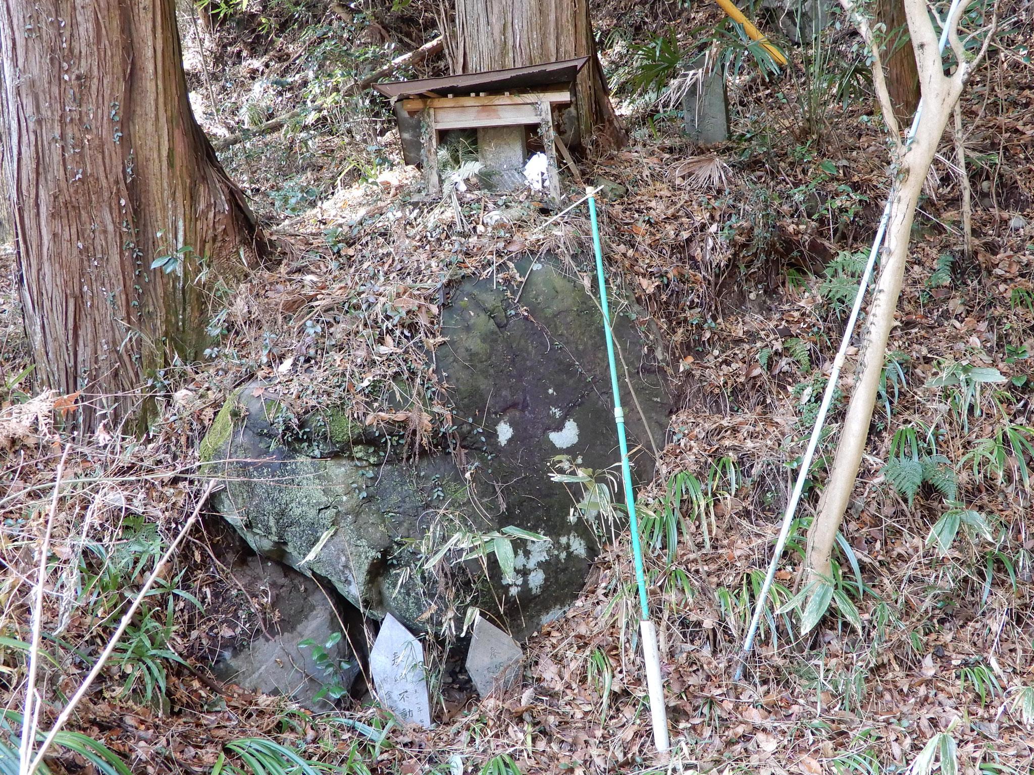 二条の滝脇の庚申塔