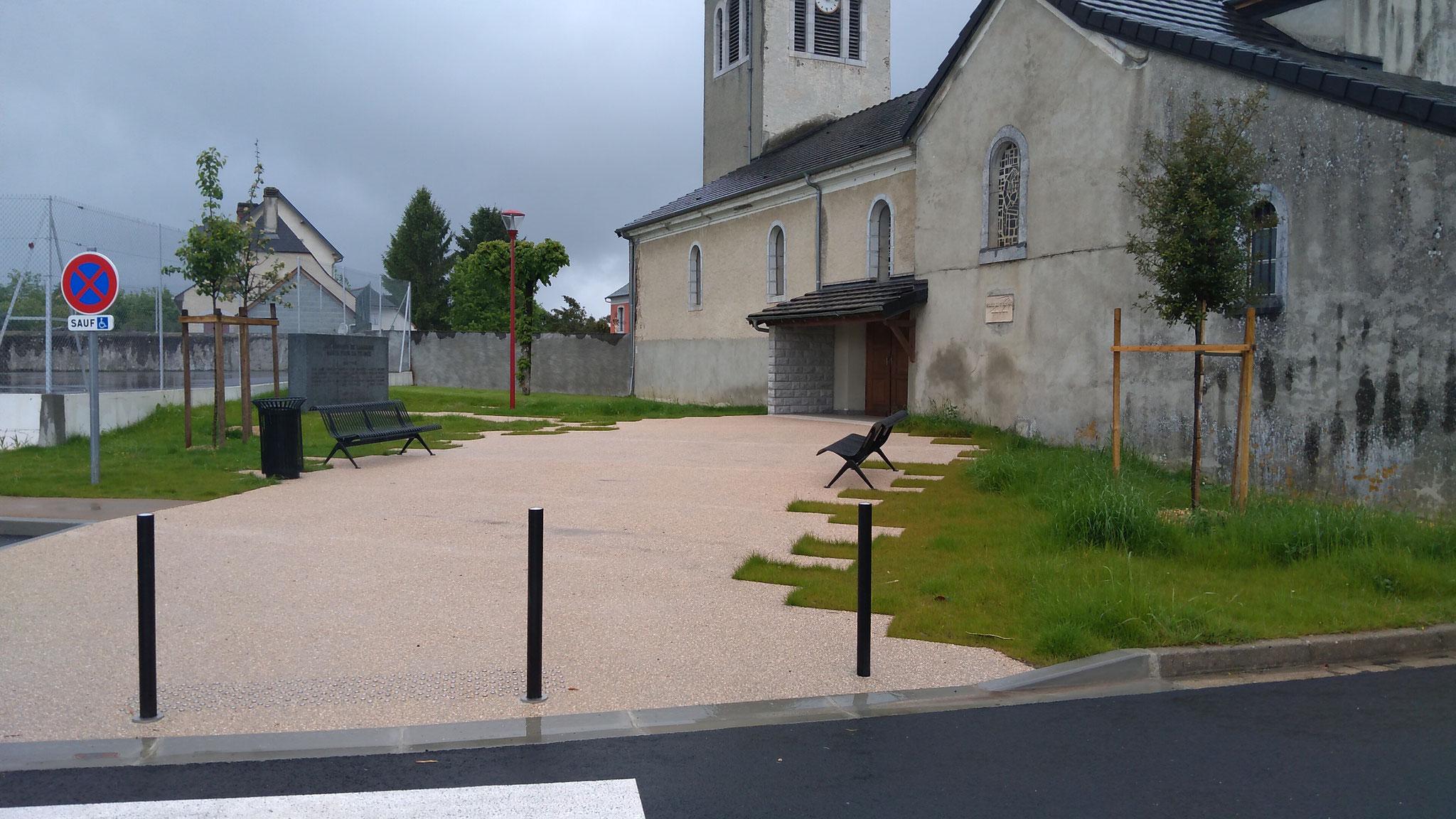 la place du 8 mai 1945 où est maintenant le monument aux morts qui doit être séparé du tennis par une haie fleurie