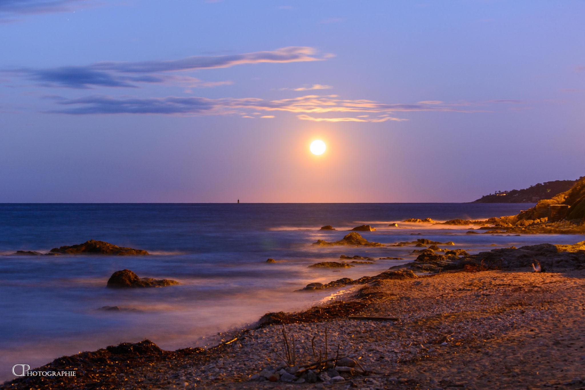 La plage illuminée par les rayons lunaires - Photo 4
