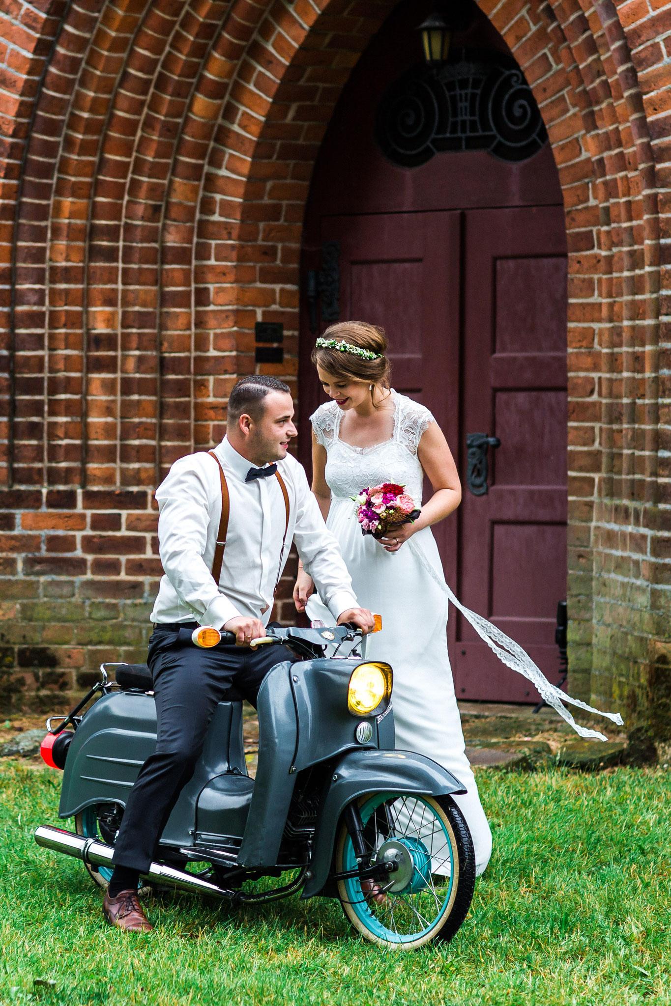 Zum Brautpaarshooting auf dem Moped