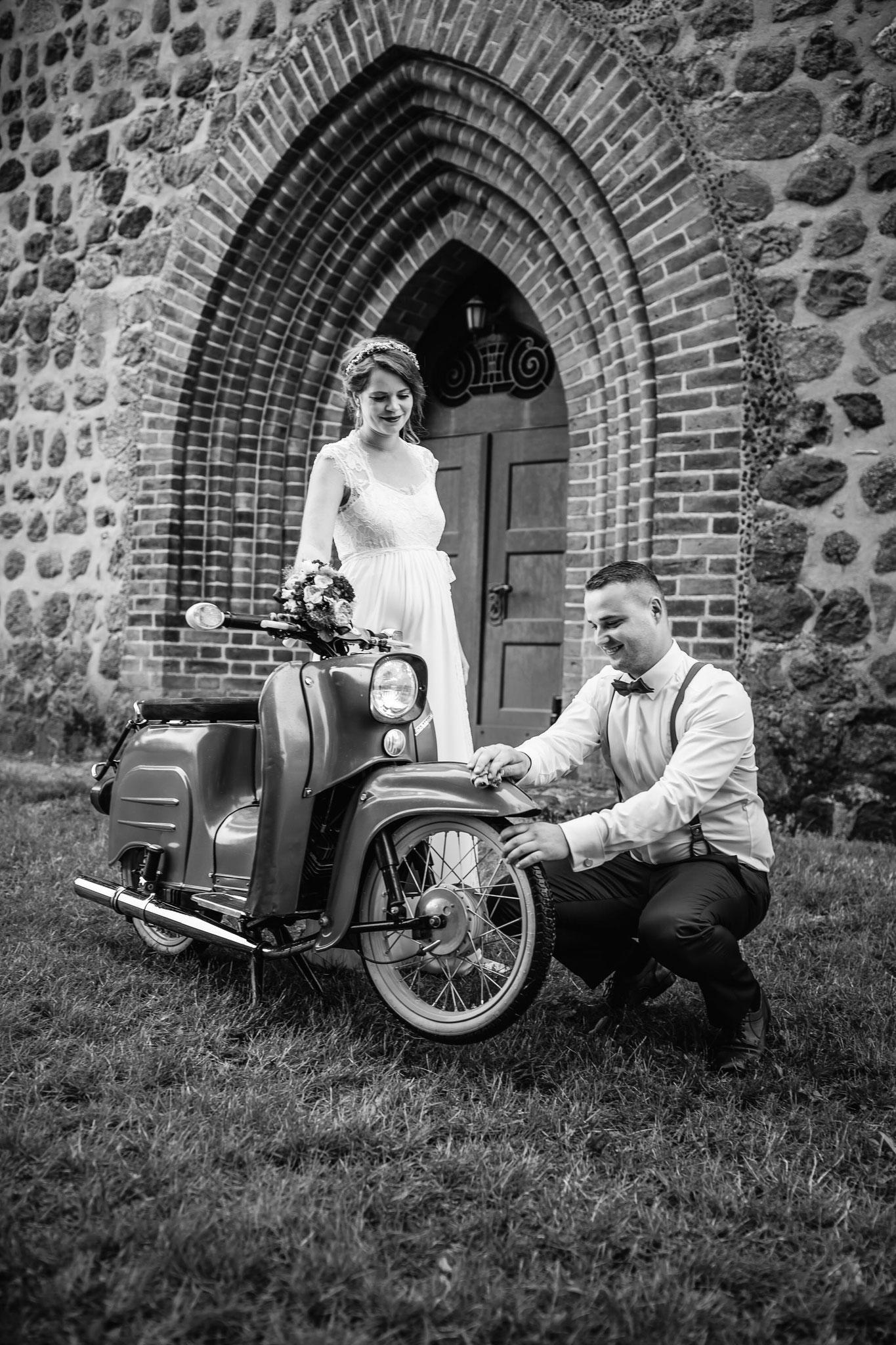 Vorbereitung zum Brautpaarshooting mit dem Moped
