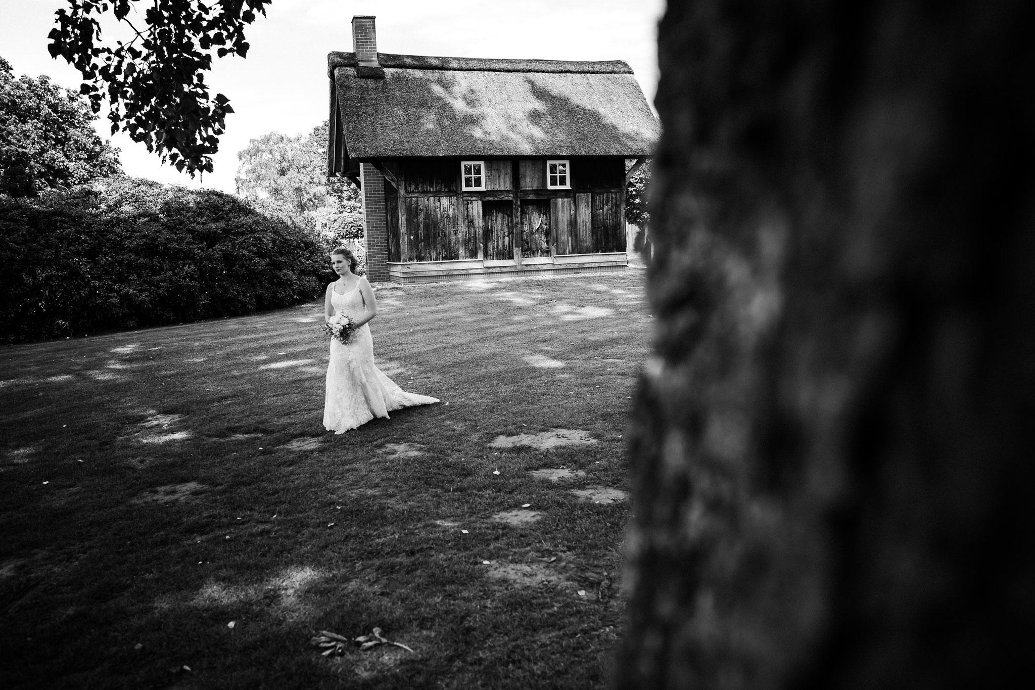 Braut auf dem Weg zum First Look
