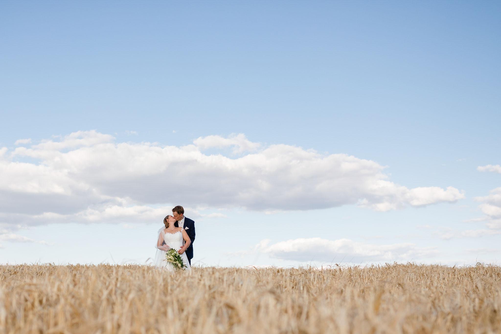 Brautpaarshooting auf dem Kornfeld