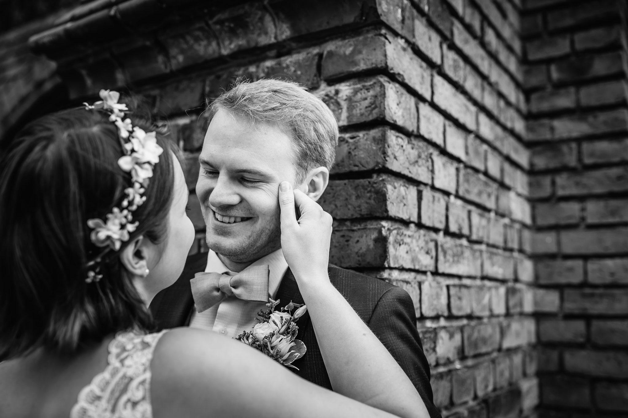 liebevoller Blick des Bräutigams
