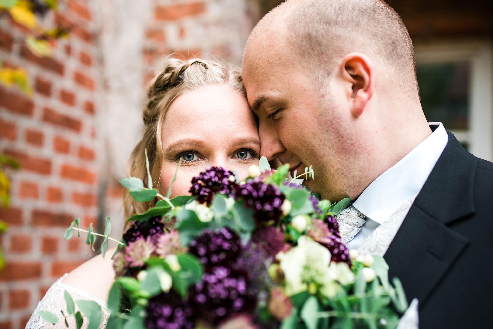 Brautpaar mit Hochzeitsstrauß