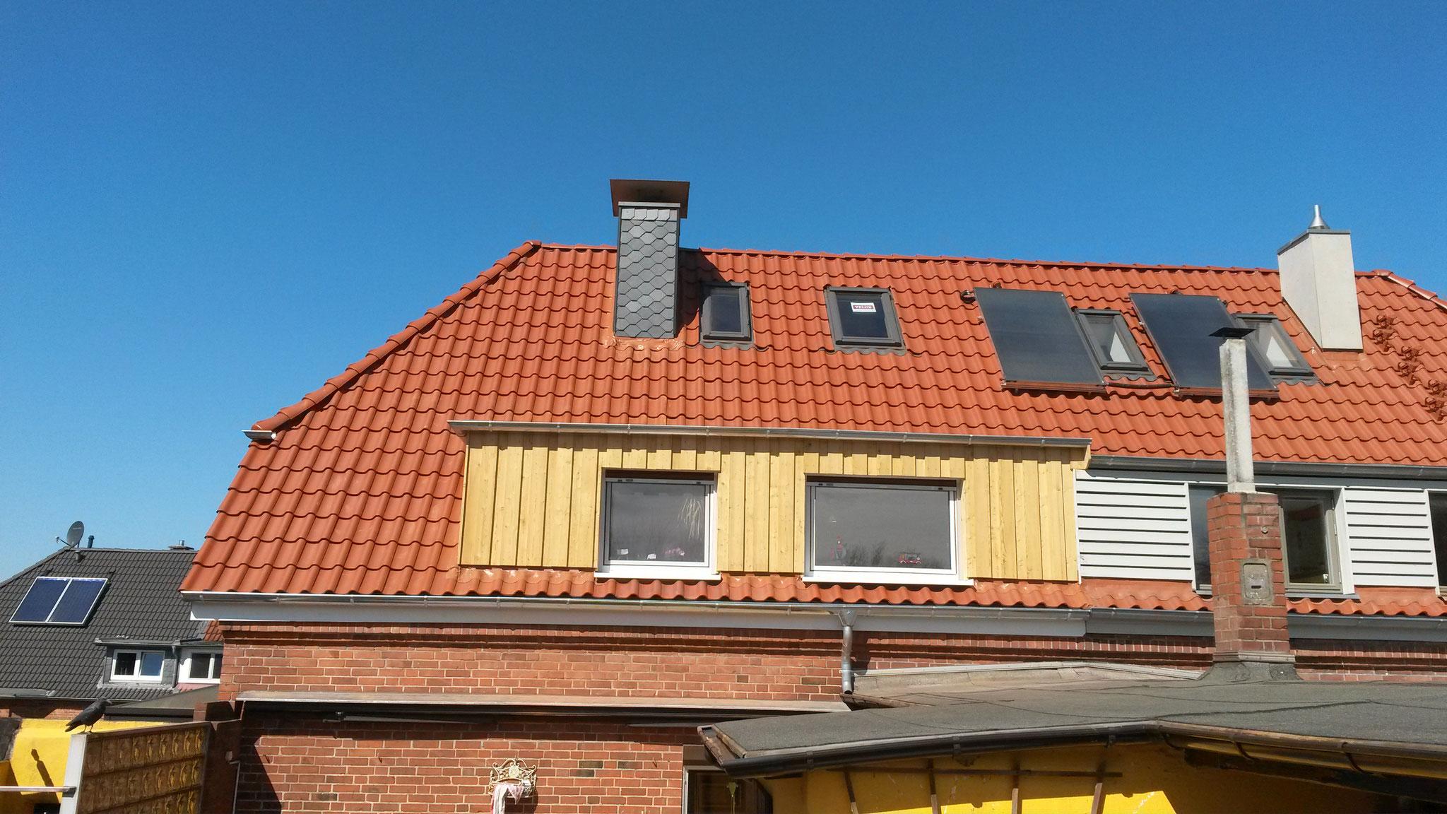 Dacheindeckung mit Hohlfalzziegel Braas Achat 14 in Kupferrot engobiert