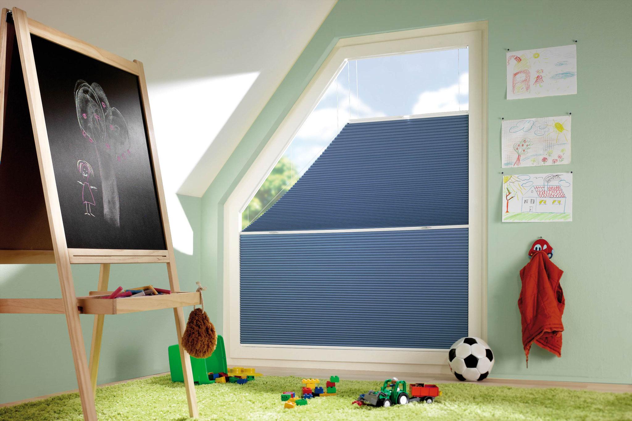 Im Kinderzimmer sind Plissees und Wabenplissees praktisch und von Lamellen Junker in vielen bunten Farben lieferbar