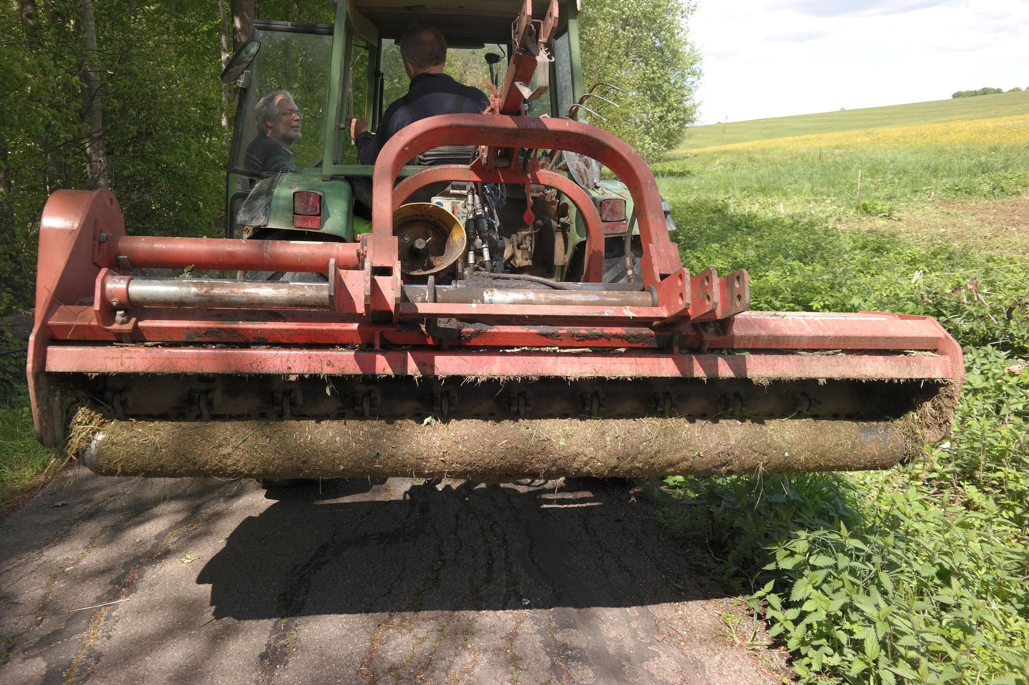Der Standort wird in Vorbereitung für die Bodenbearbeitung gemulcht.