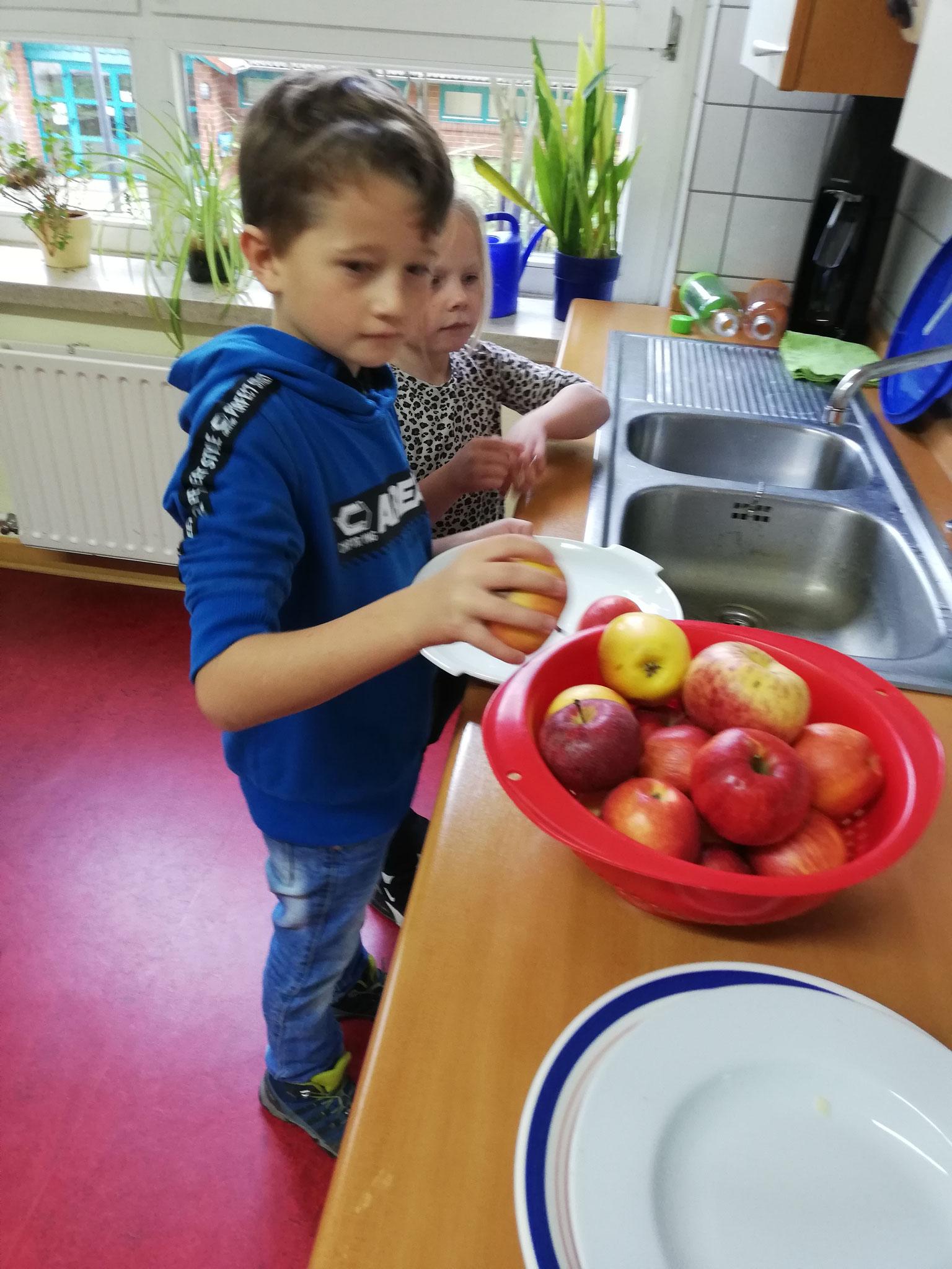 Zuerst wurden alle mitgebrachten Äpfel gewaschen.