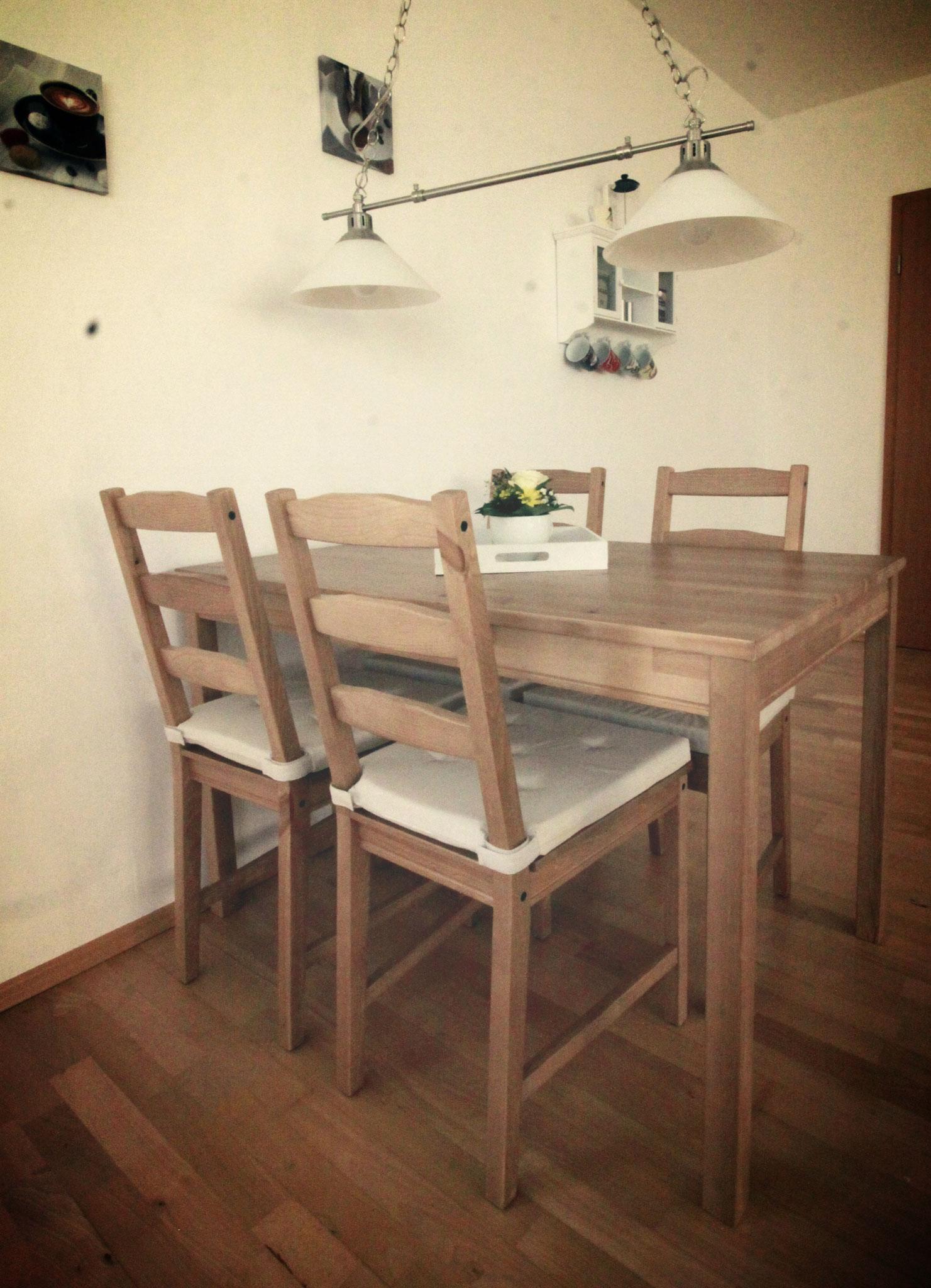 Essecke (erweiterbar durch Zustelltisch und zwei Stühle)