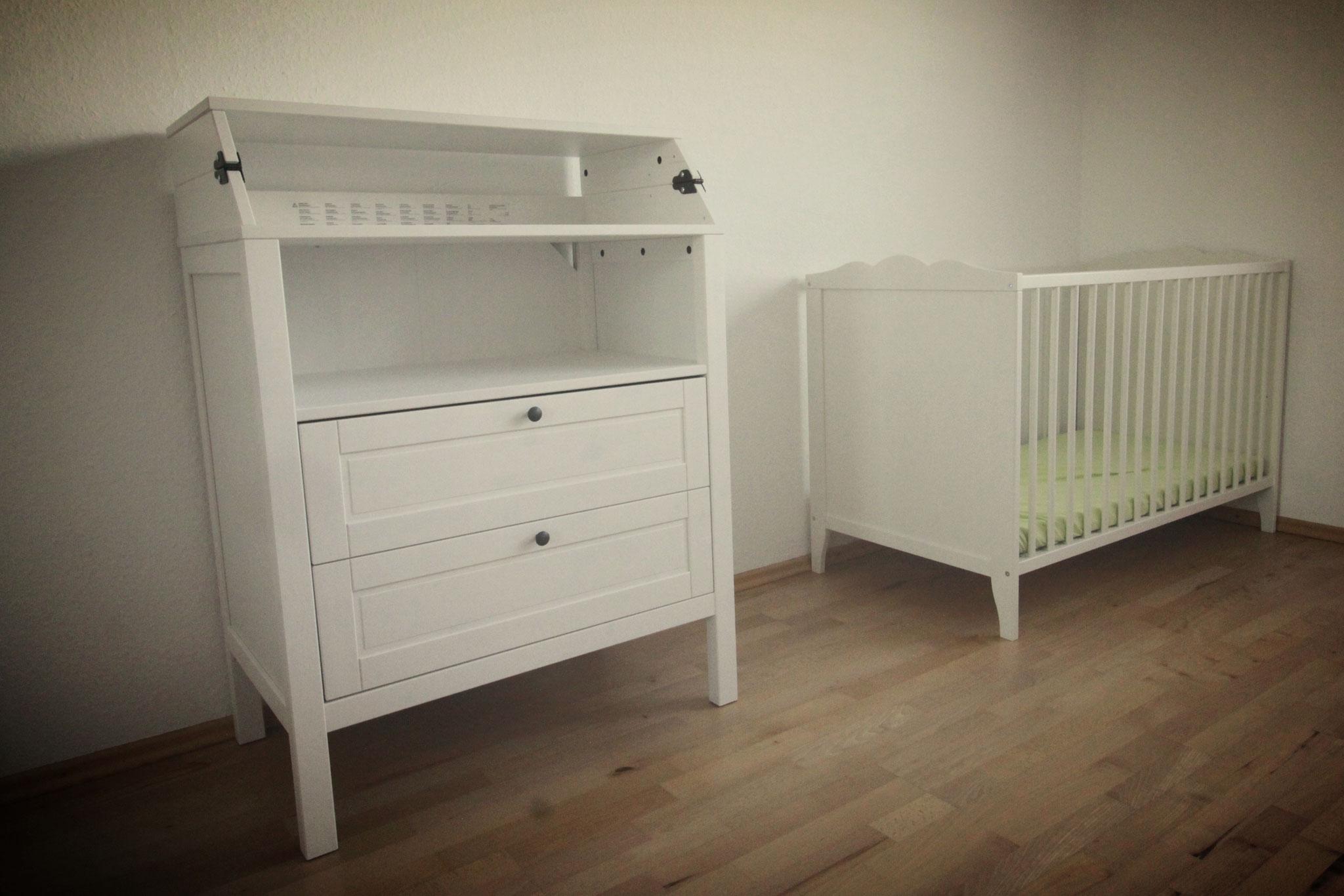 Ausklappbare Wickelkommode & Holz-Gitterbettchen im Schlafzimmer 1