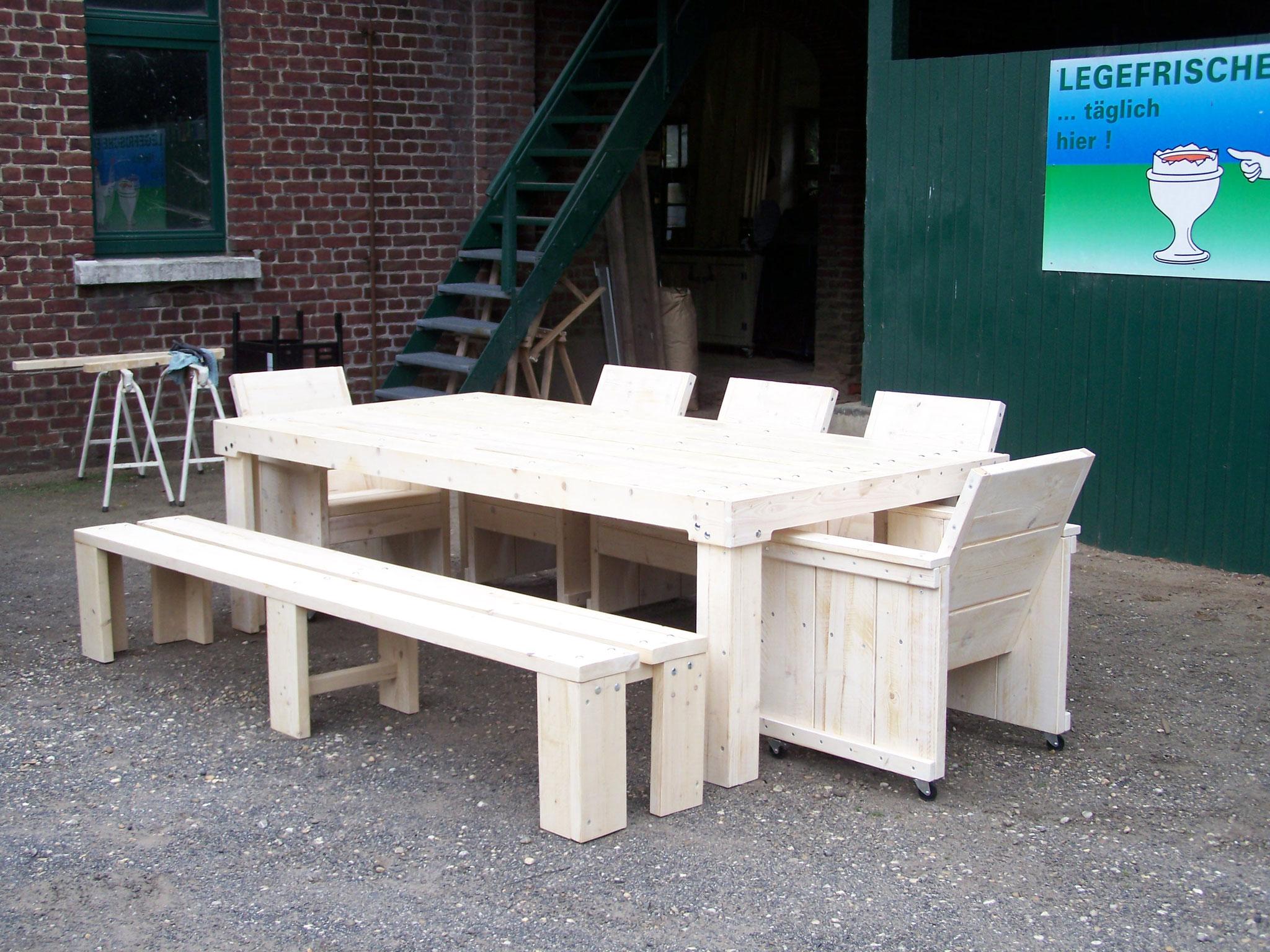 Gartenmöbel - Tisch und Stühle auf einer Terrasse