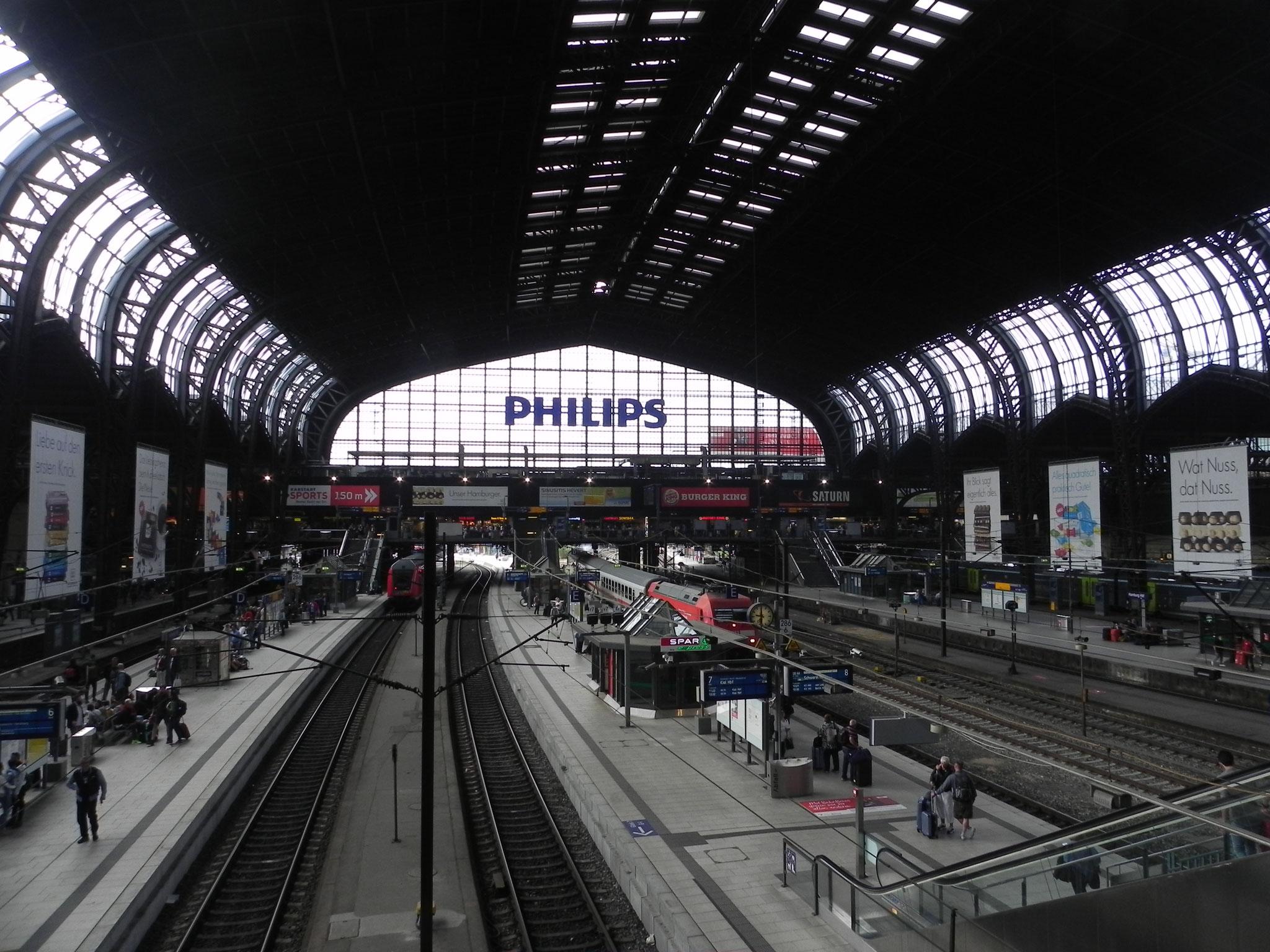 Hamburg Hauptbahnhof. Zum ersten Mal seit langem wieder mit der Bahn in den Urlaub.