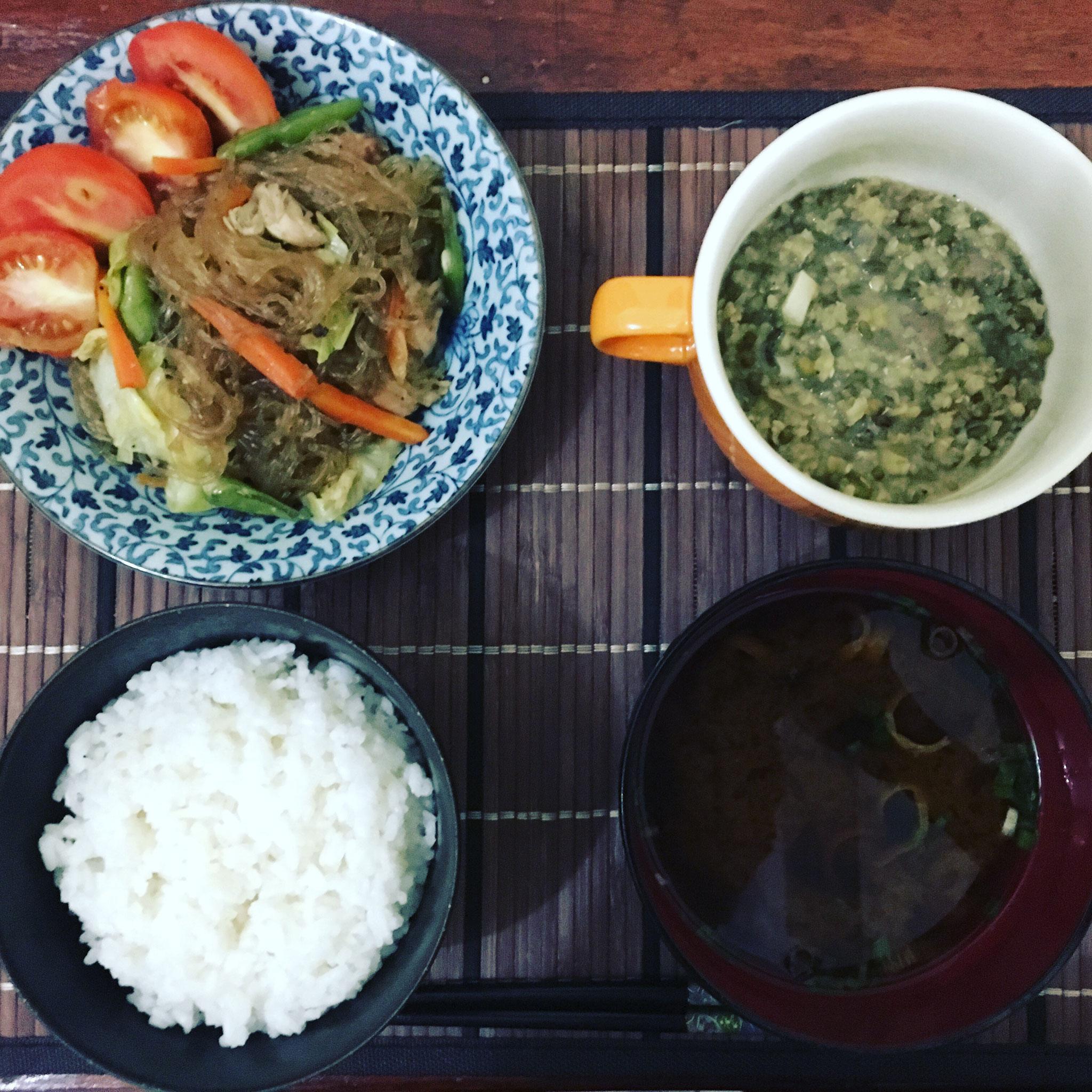 モンゴスープとパンシット(フィリピン料理)