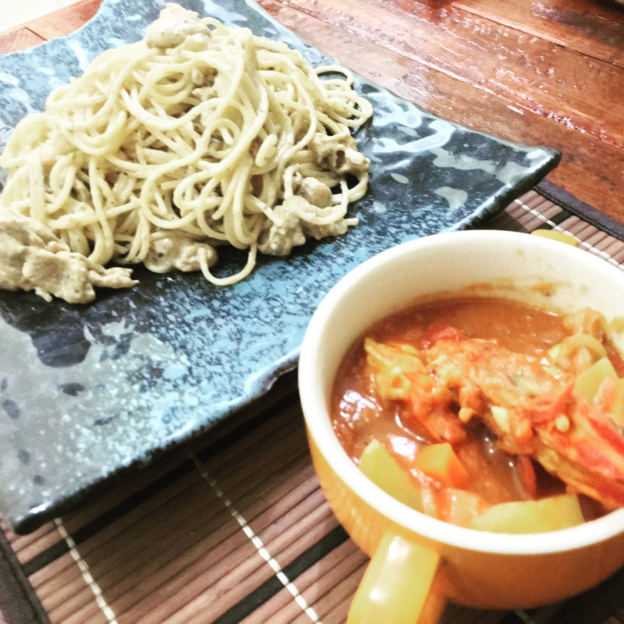 バジルパスタとエビのトマトスープ