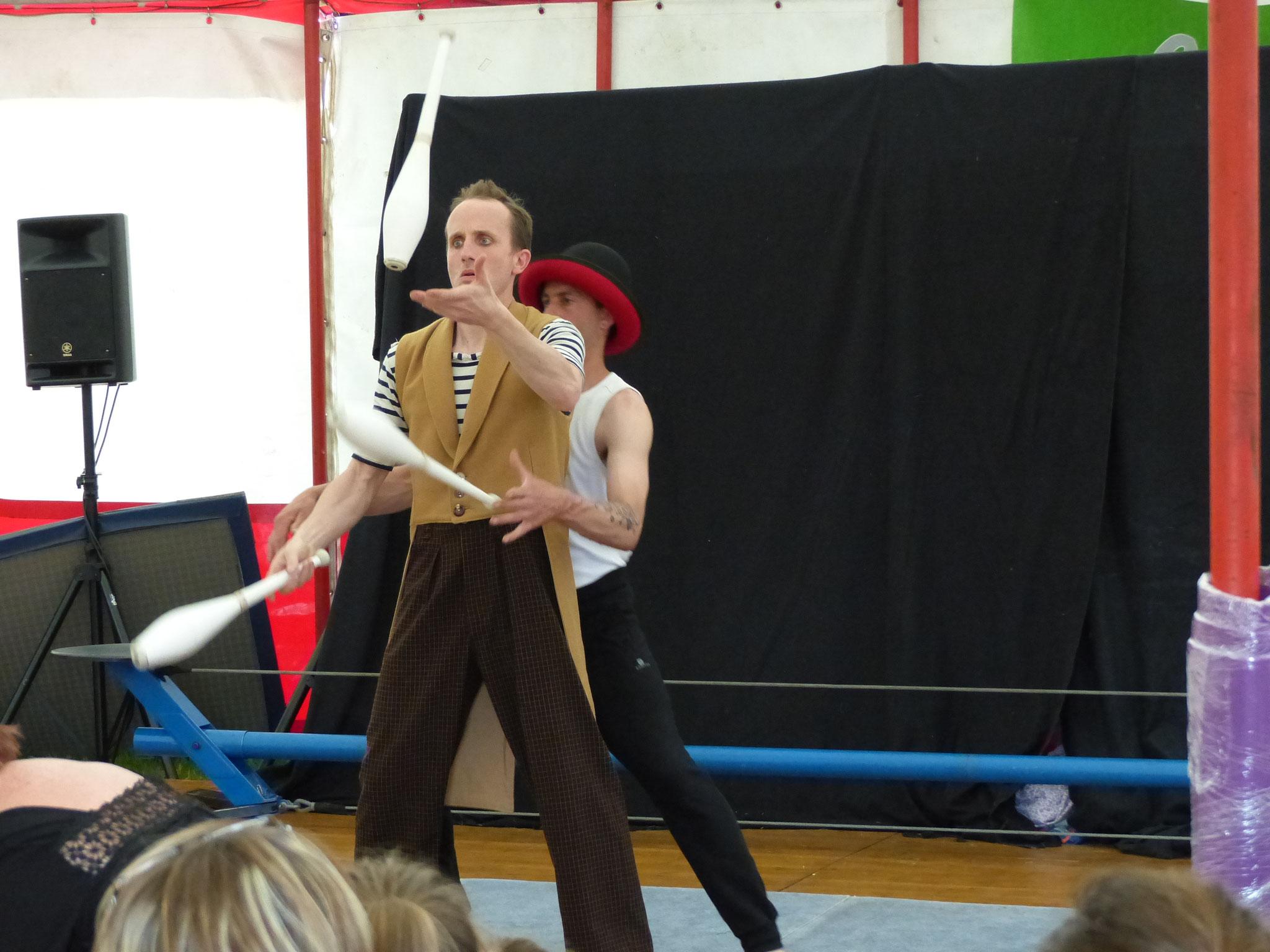 demonstration par les animateurs du cirque en équilibre