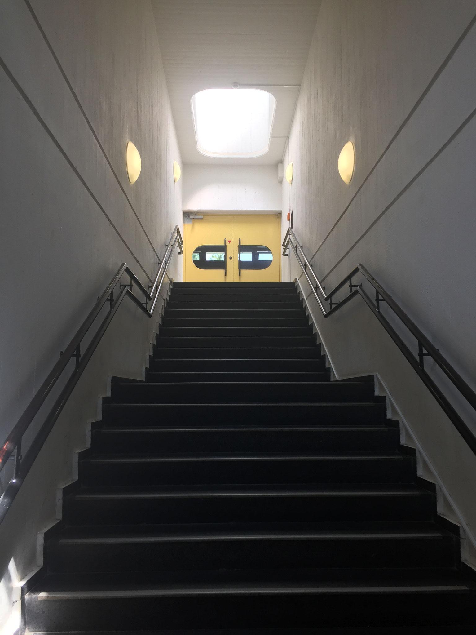 Treppe zu den Klassenräumen im Neubau