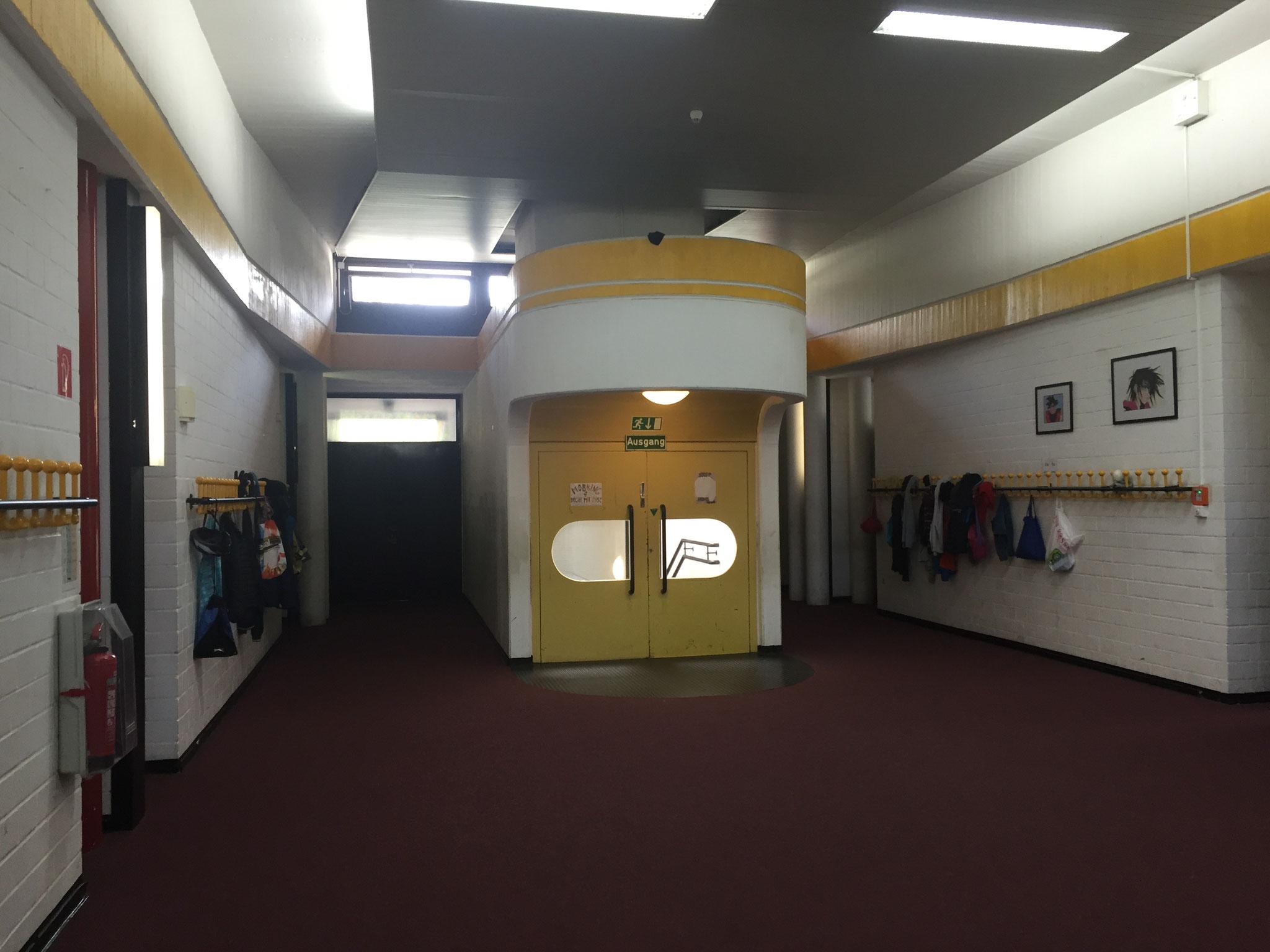 Vor den Klassenzimmern im Neubau