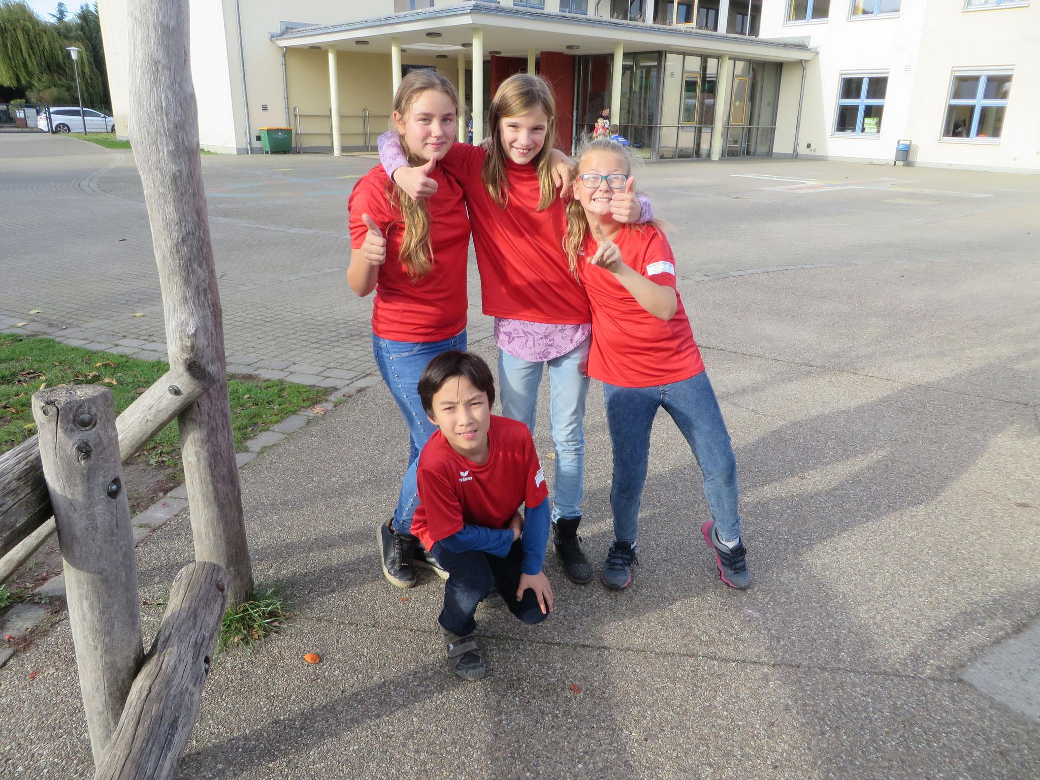 AK 2 : Mannschaftsfoto des Teams der Werner-Seelenbinder-GS I mit Henry (kniend) sowie Aleksandra, Marie und Anna (stehend v.l.n.r.)