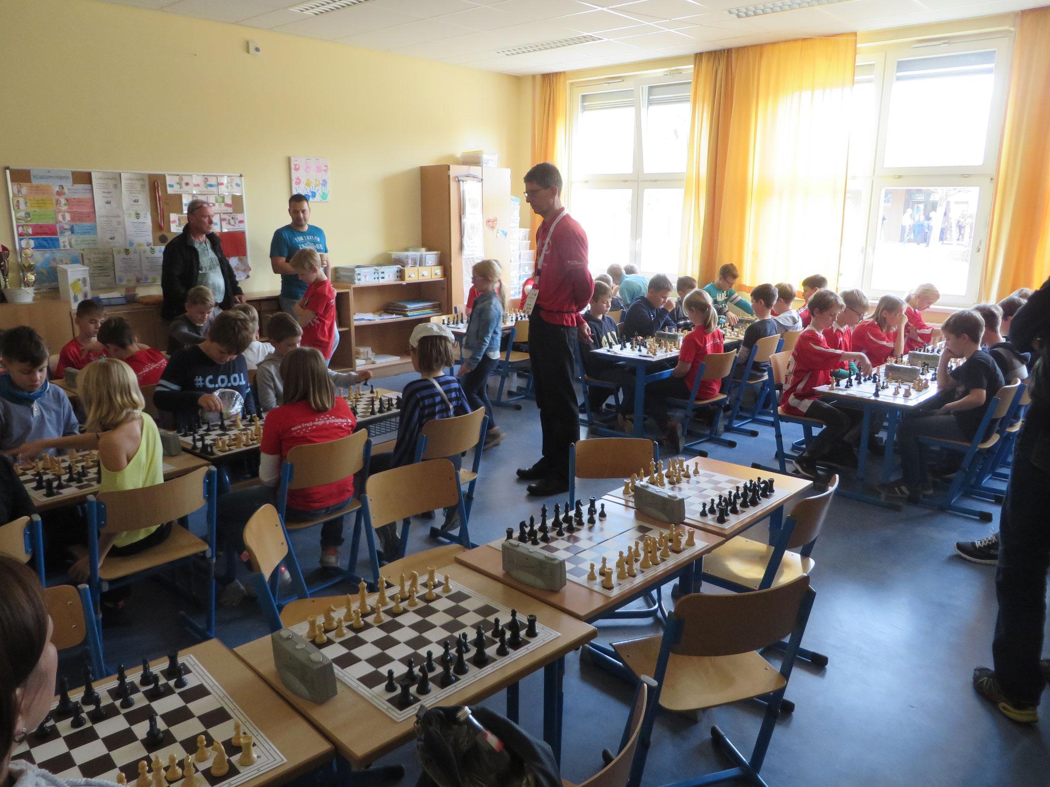 AK 2 : Blick in den Turnierraum des Teams der Werner-Seelenbinder-GS II in Runde 7
