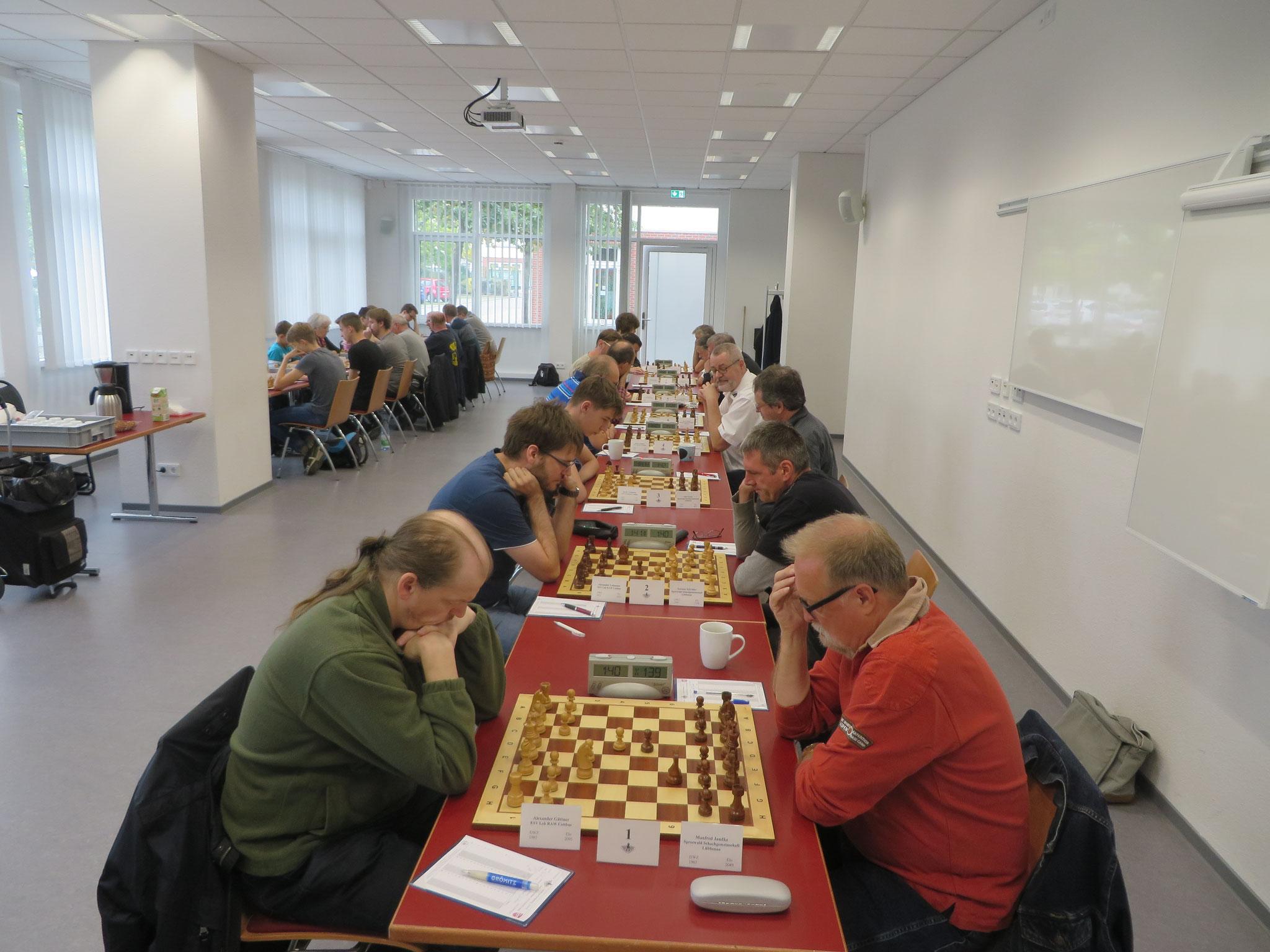 Blick in den Turniersaal (Wettkampf der 1. Mannschaft im Vordergrund rechts)